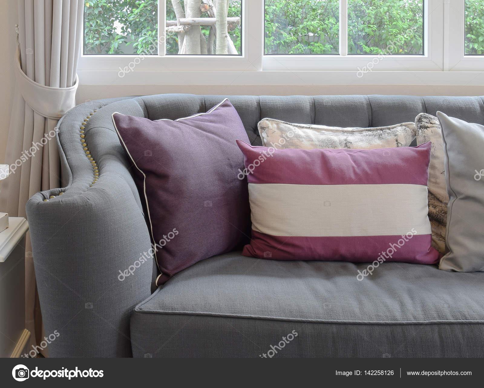 Luxe woonkamer design met klassieke bank en decoratieve paarse