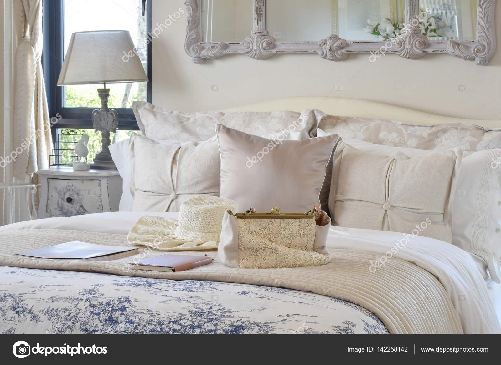 Luxus Schlafzimmer Innenraum Mit Dekorativen Set Mit Vintage Tasche, Hut,  Bücher über Bett