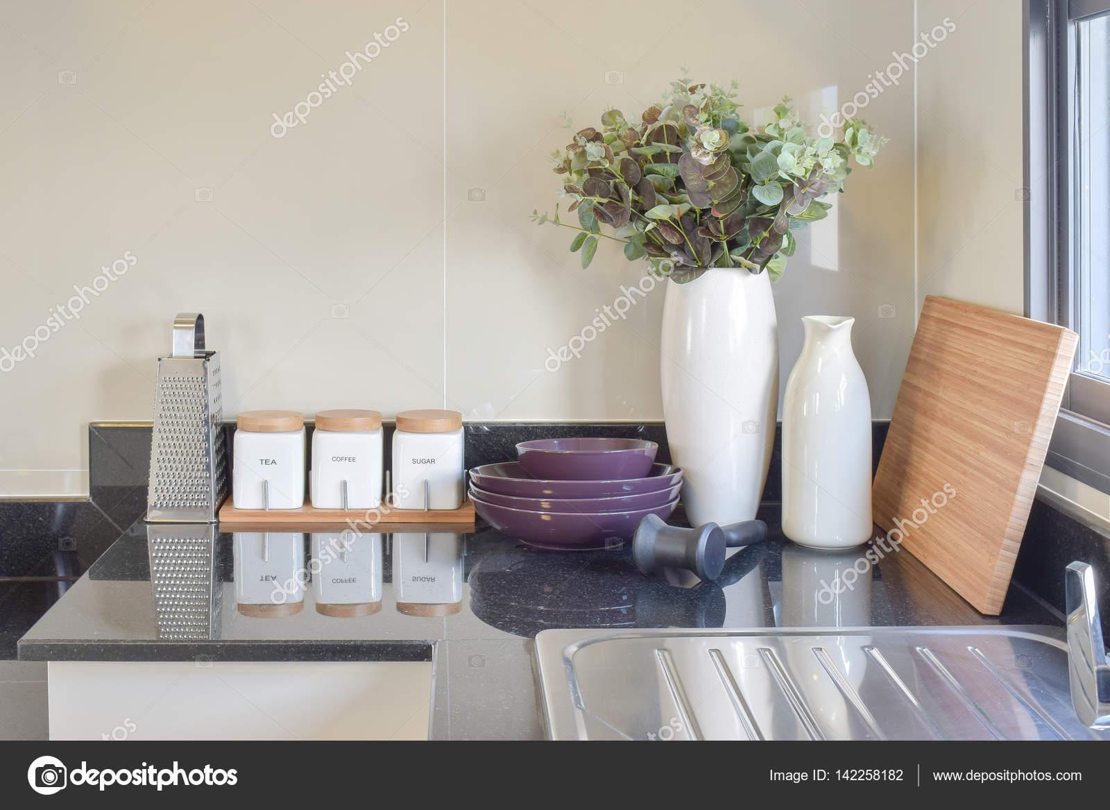 Dispensa moderna con gli utensili in cucina bianco — Foto ...