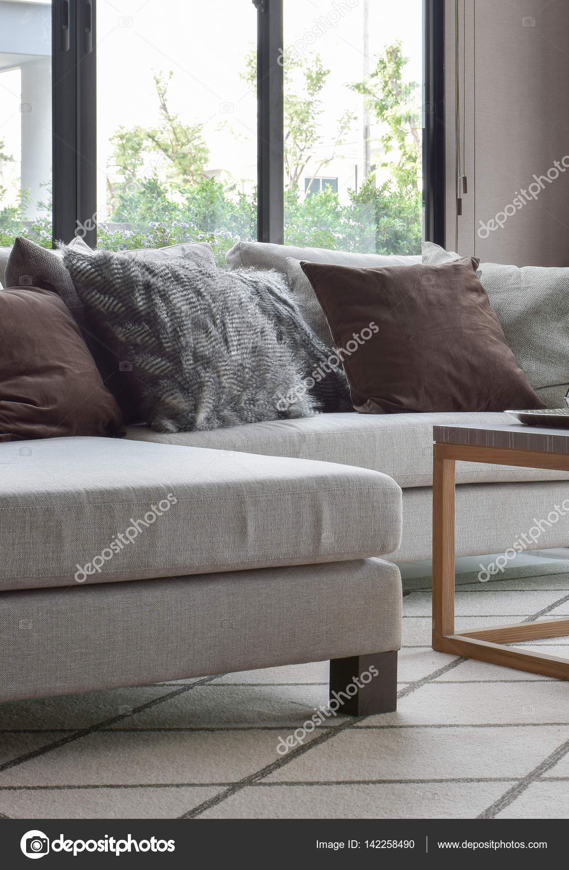 Braune und graue Kissen Beige Sofa im modernen Wohnzimmer ...