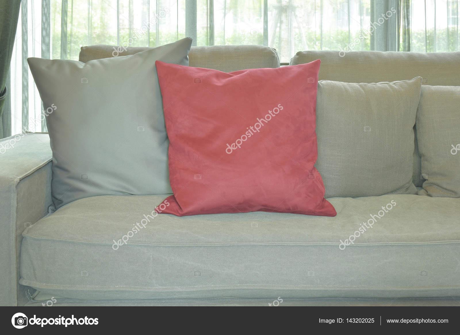 Divano Rosso E Grigio cuscino di velluto rosso con divano di colore grigio e