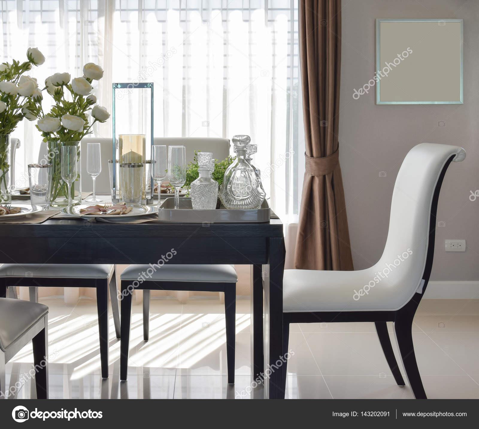 mesa de comedor madera y cómodas sillas en casa moderna con ajuste ...