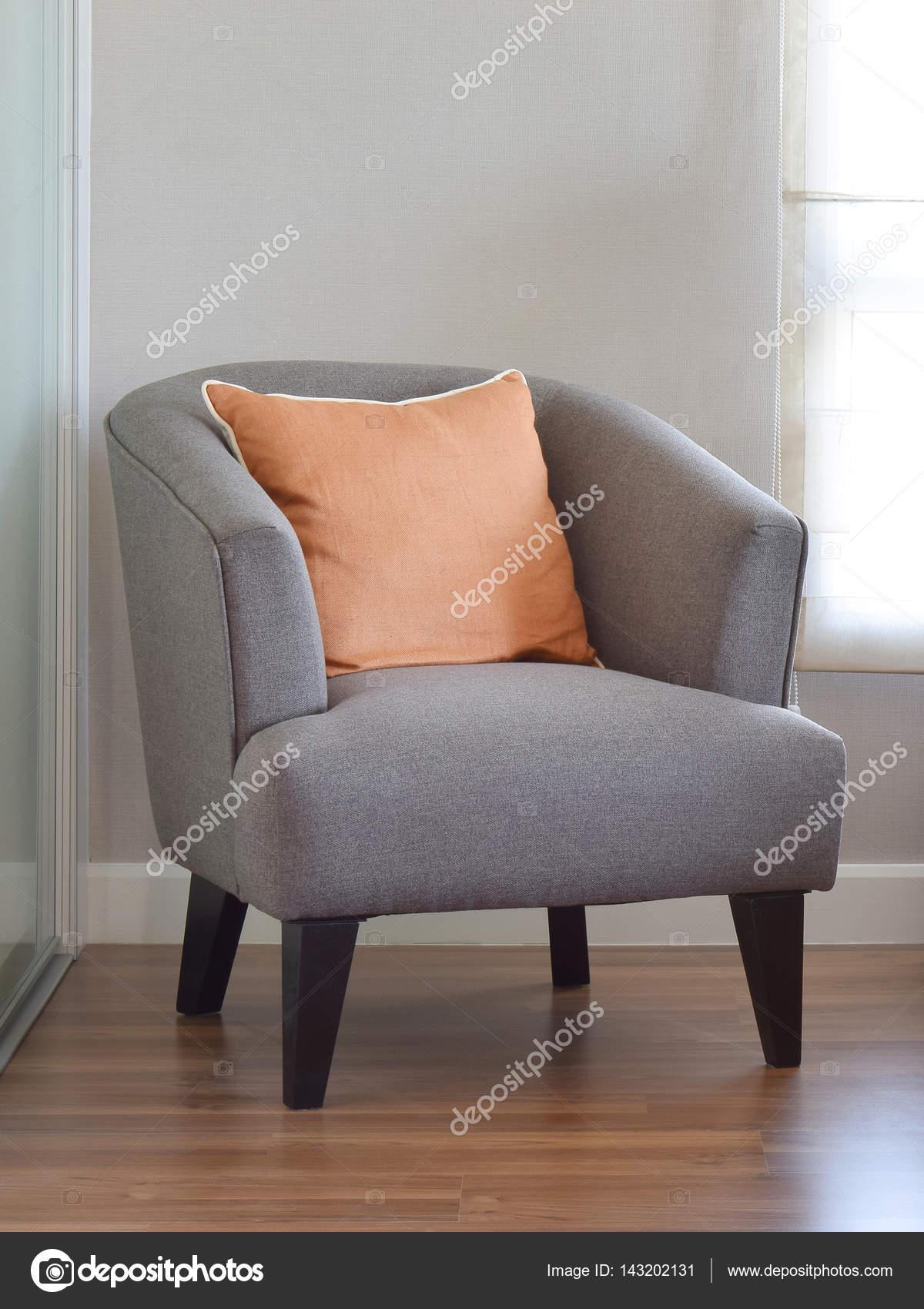 moderne Wohnzimmer Interieur mit orange Kissen auf grauen Sessel ...