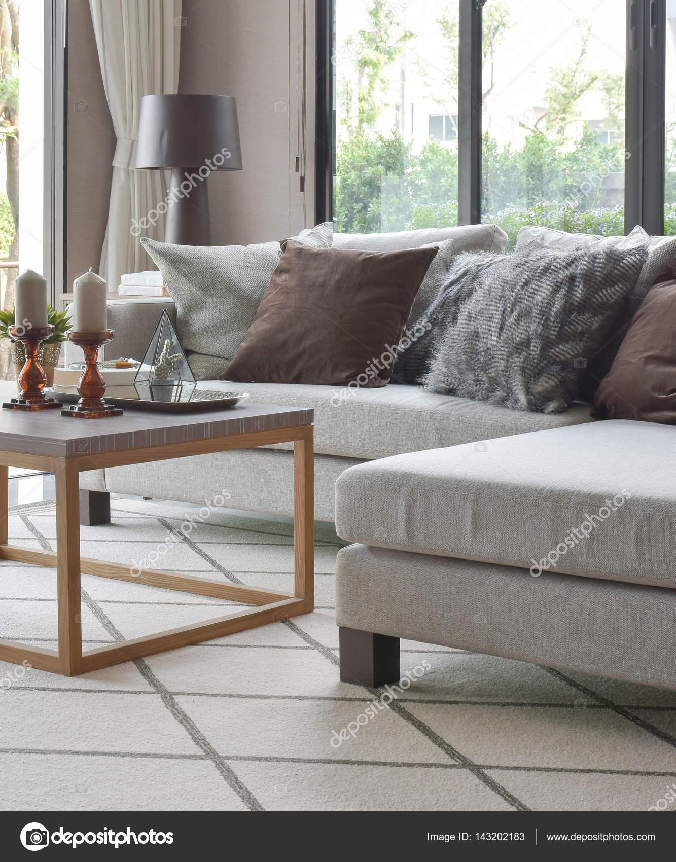 Wohnzimmer beige sofa  Braune und graue Kissen auf Beige Sofa und Tisch Holzrahmen in ...