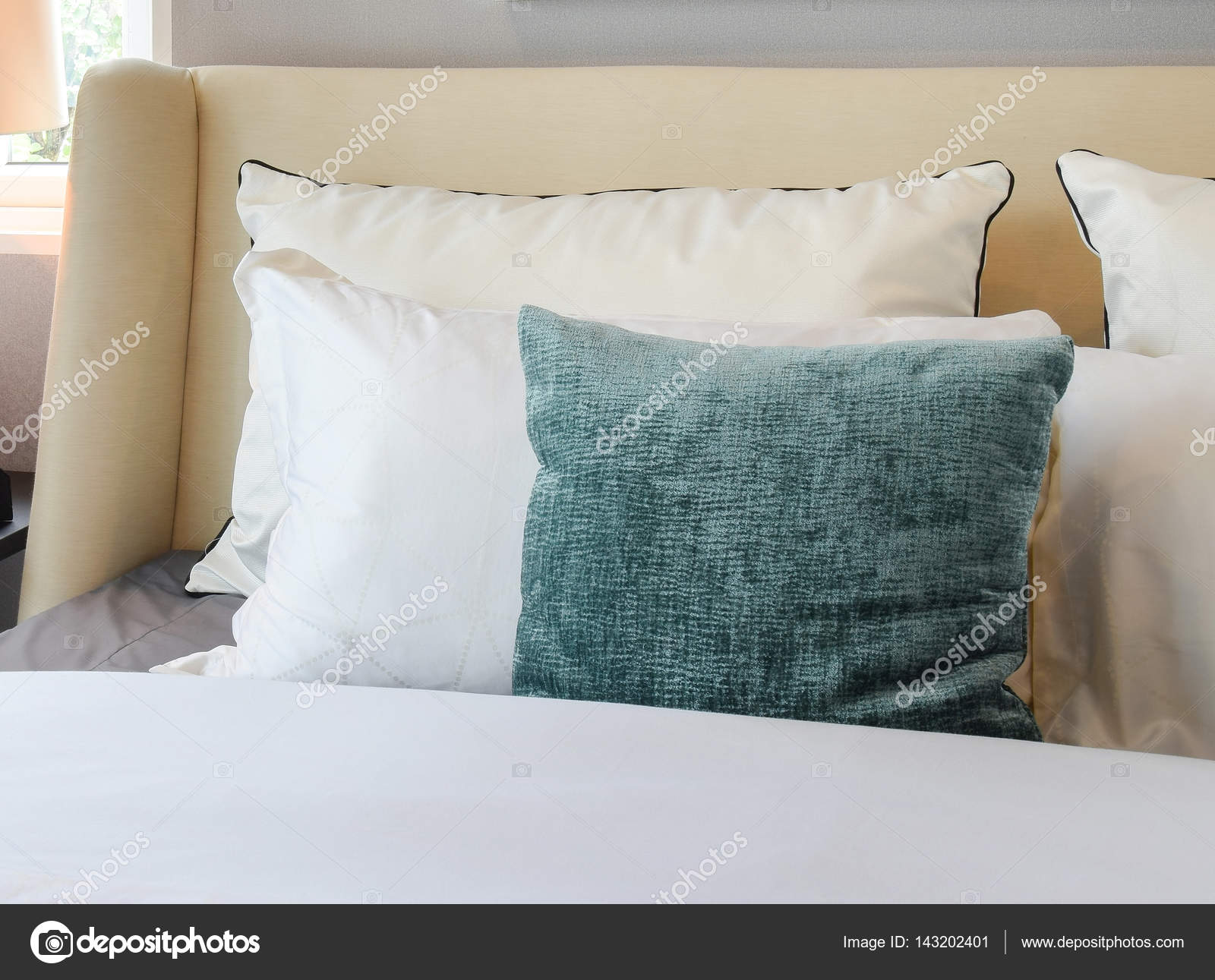 Slaapkamer Groen Wit : Slaapkamer interieurontwerp met witte en groene kussens op bed wit