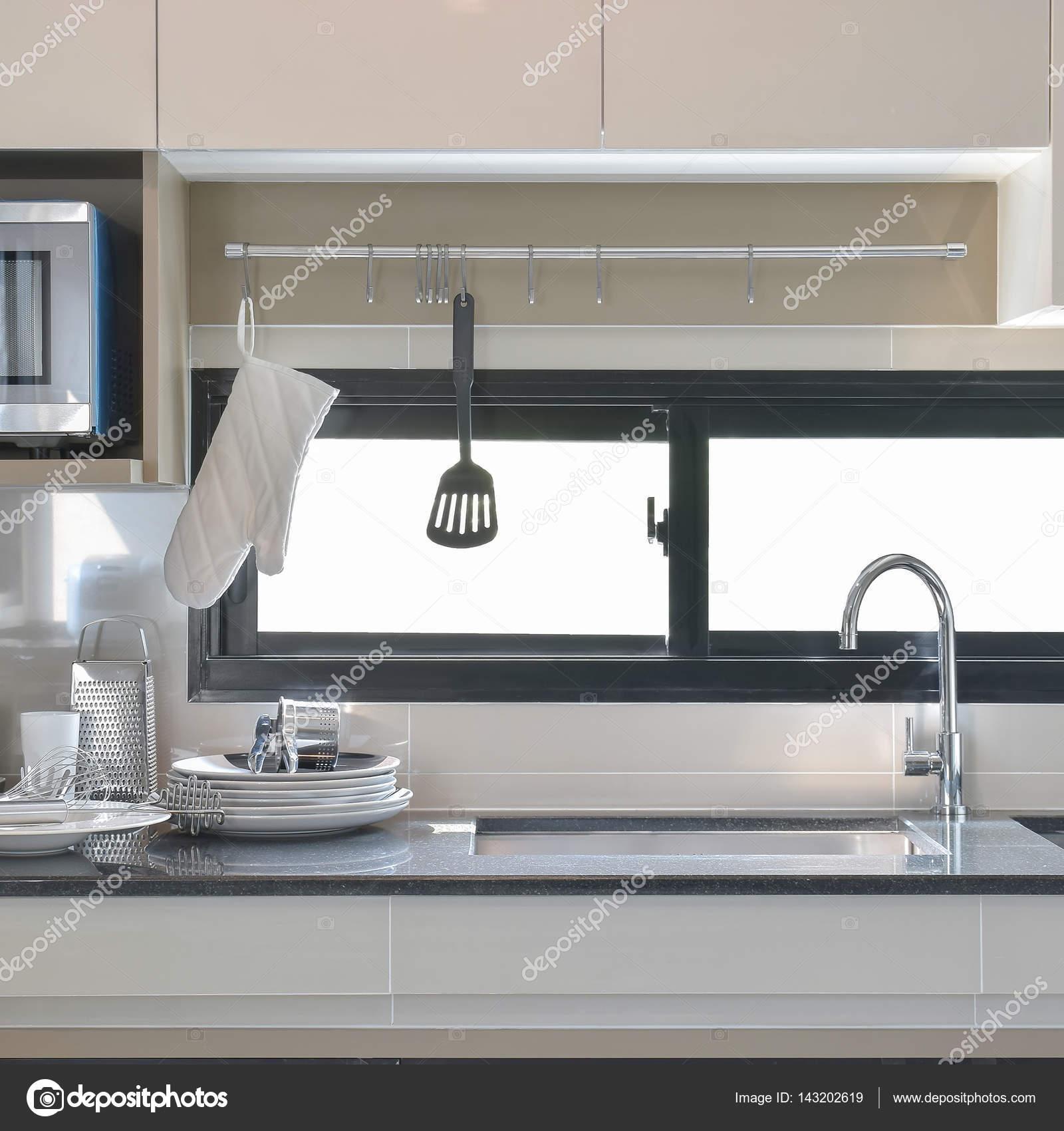 Cer Mica E Utens Lios Configurando Se Ao Lado Da Pia Na Cozinha