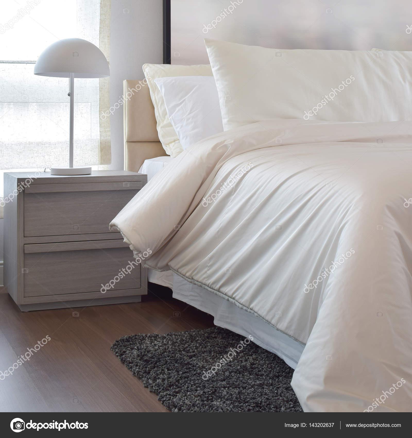 Gezellige slaapkamer interieur met kussens en leeslamp op ...