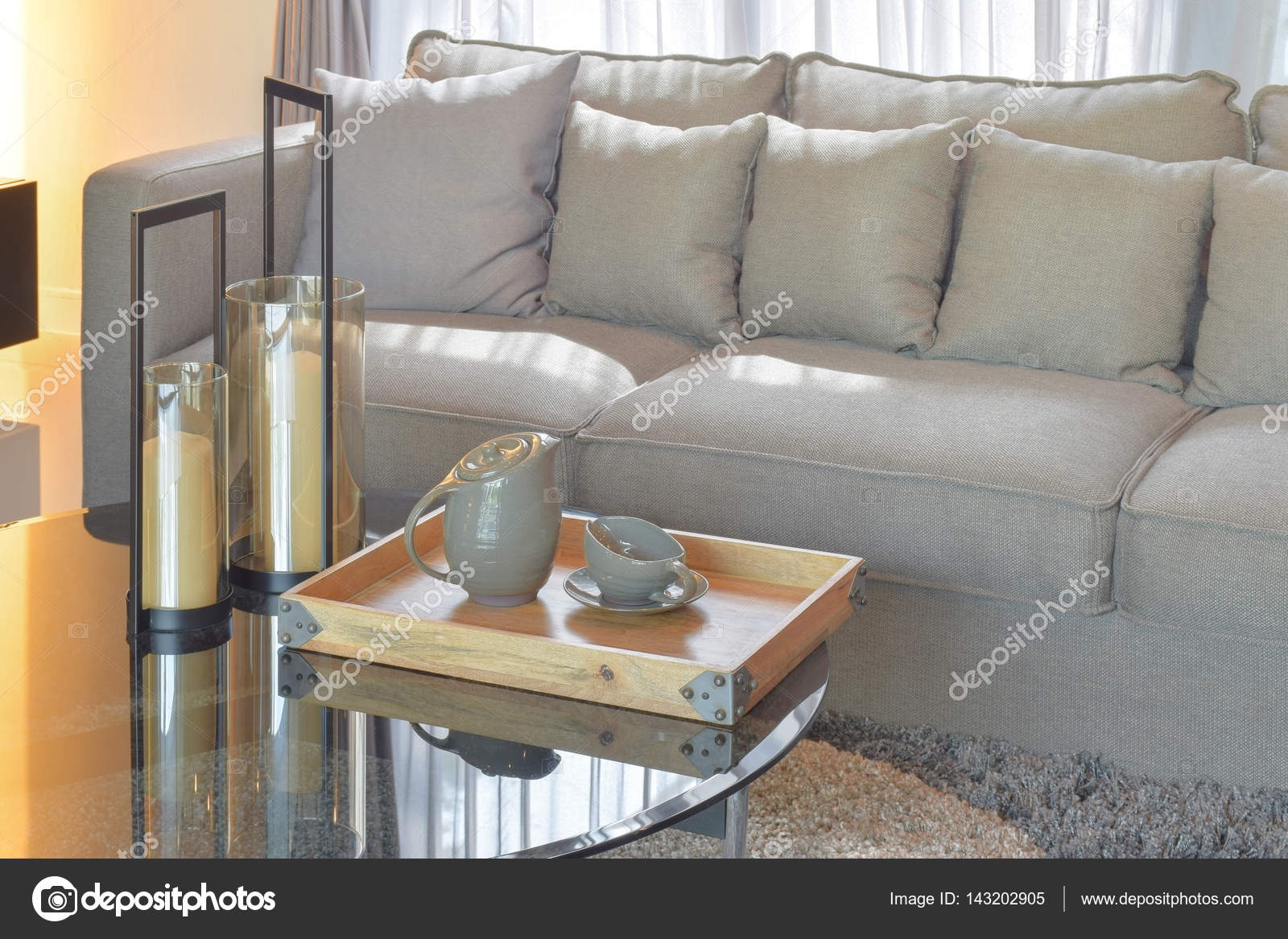 Vassoi In Legno Con Vetro : Vassoio in legno con ceramica set da tè e candele sul tavolo in