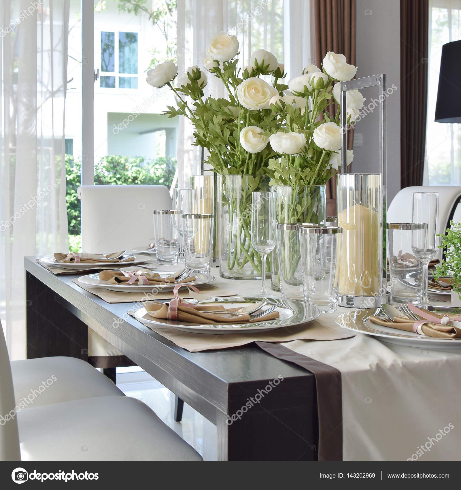 elegante tavolo allestito nell\'interiore di sala da pranzo stile ...