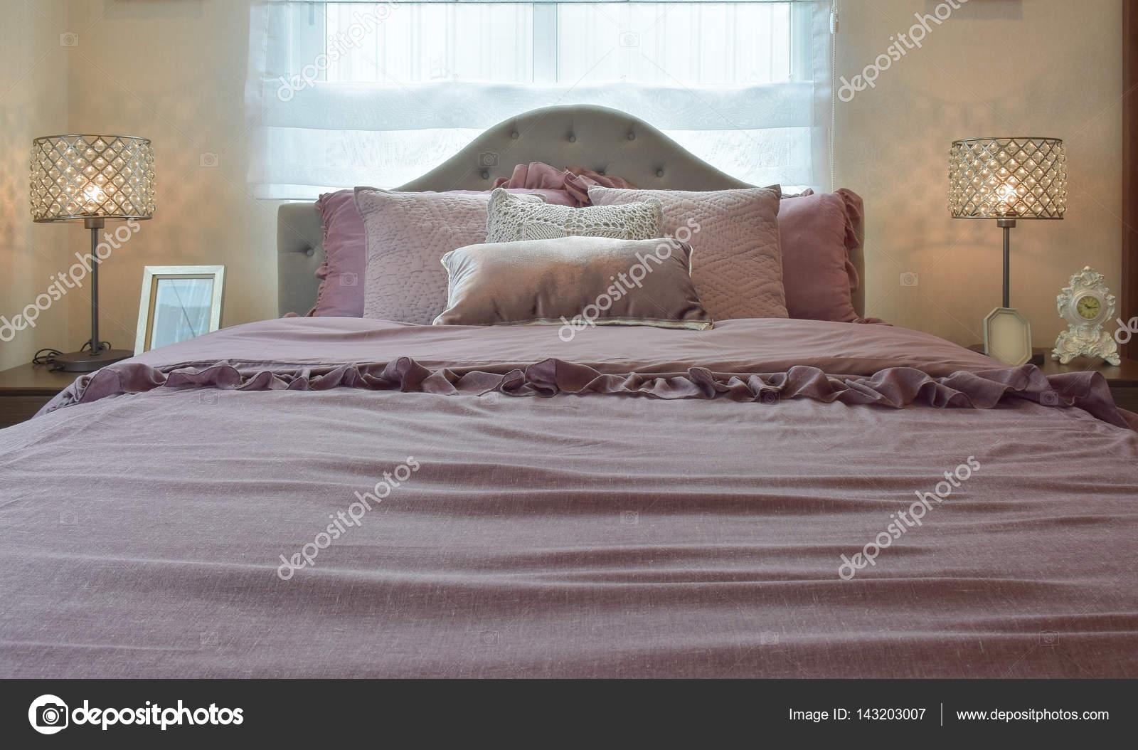 https://st3.depositphotos.com/6200870/14320/i/1600/depositphotos_143203007-stockafbeelding-gezellige-en-klassieke-slaapkamer-interieur.jpg