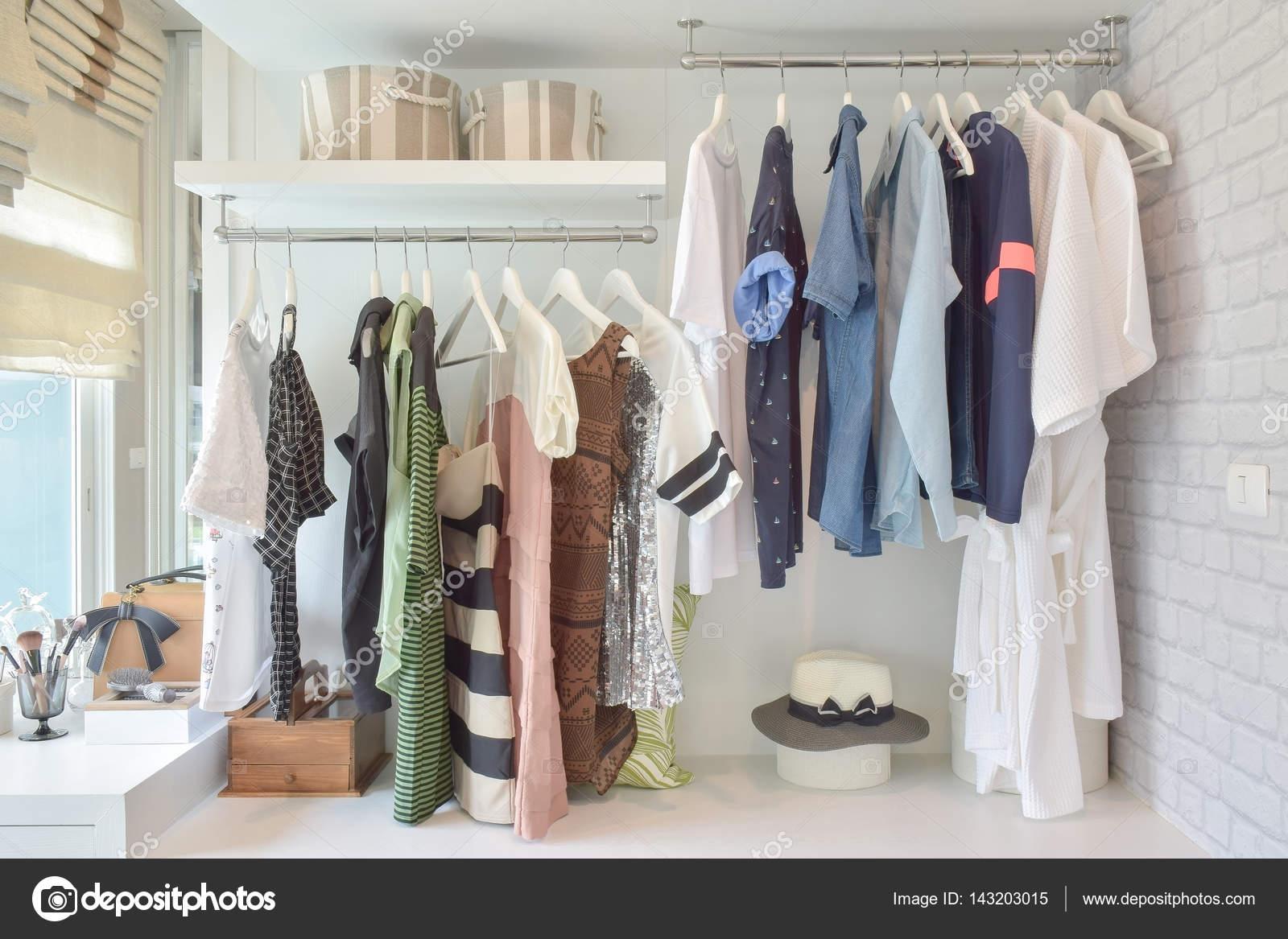 Jeugd doeken opknoping in open kledingkast in de slaapkamer ...