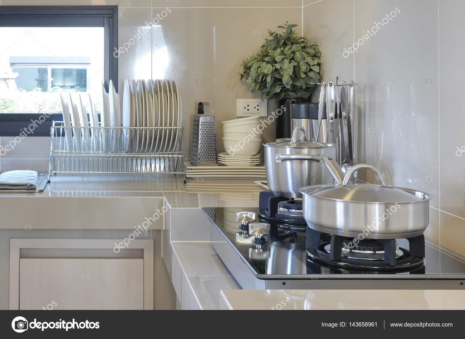 casserole en acier inoxydable sur la gazini re avec ustensile de cuisine moderne photographie. Black Bedroom Furniture Sets. Home Design Ideas