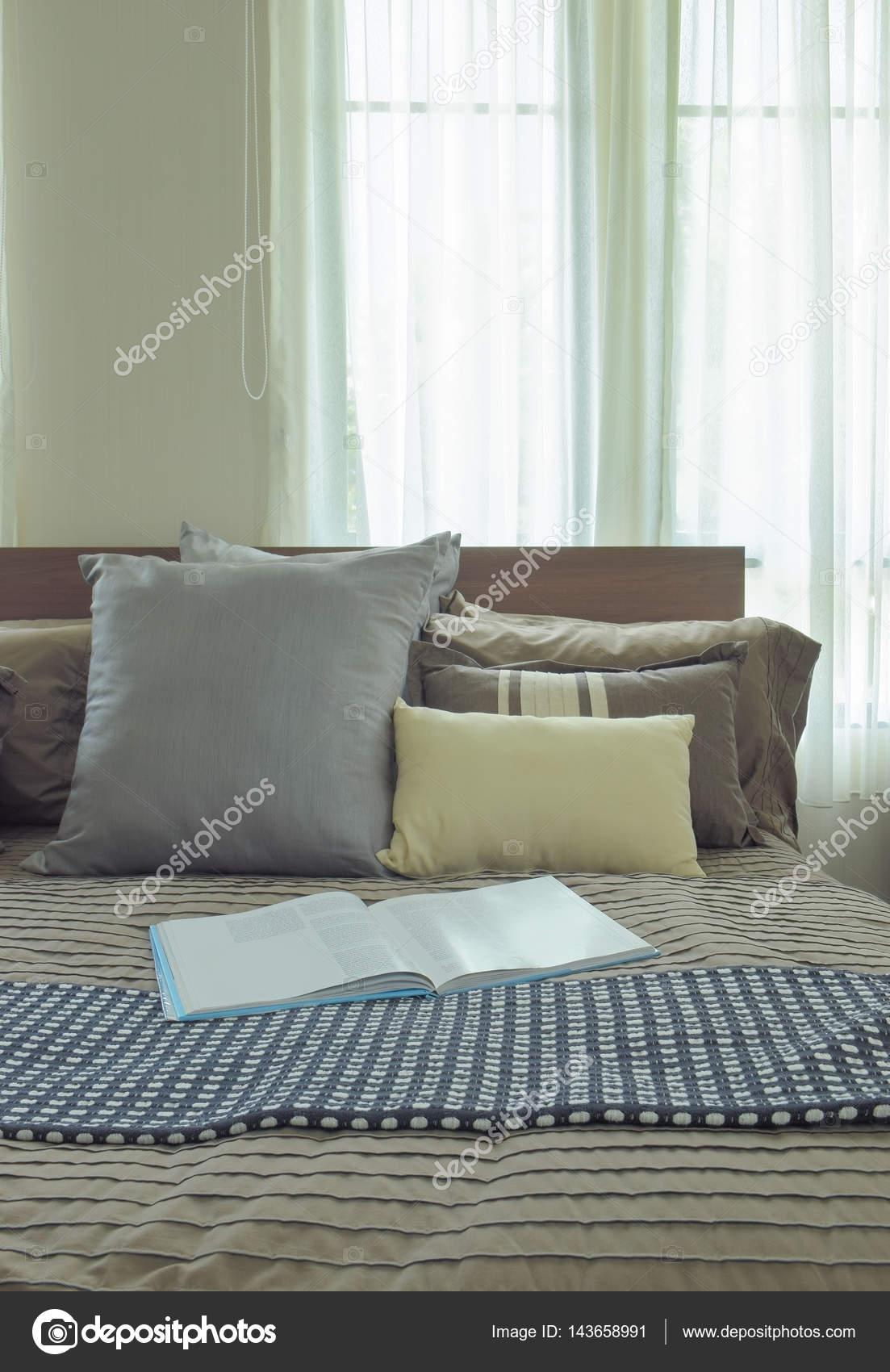 Good rivista sul letto nella camera da letto in stile - Letto giapponese ikea ...