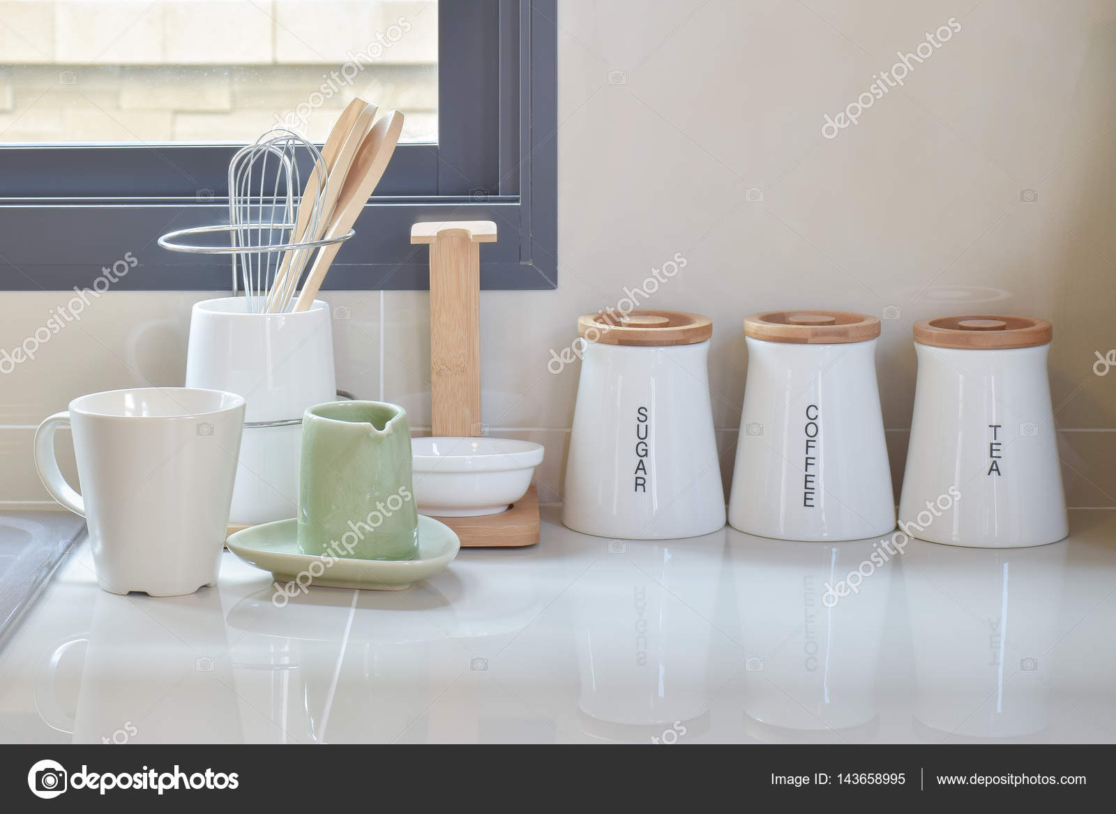 Moderna Na Despensa Com Utens Lio Branco Na Cozinha Fotografias De