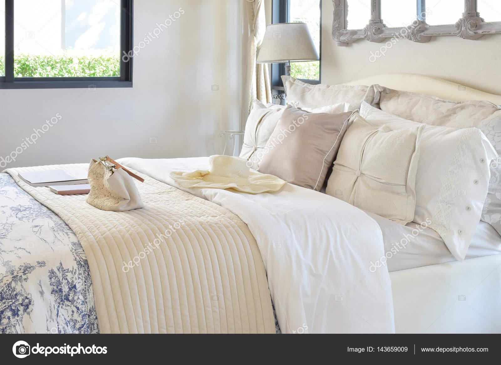 Luxus Schlafzimmer Innenraum mit dekorativen set mit Vintage-Tasche ...
