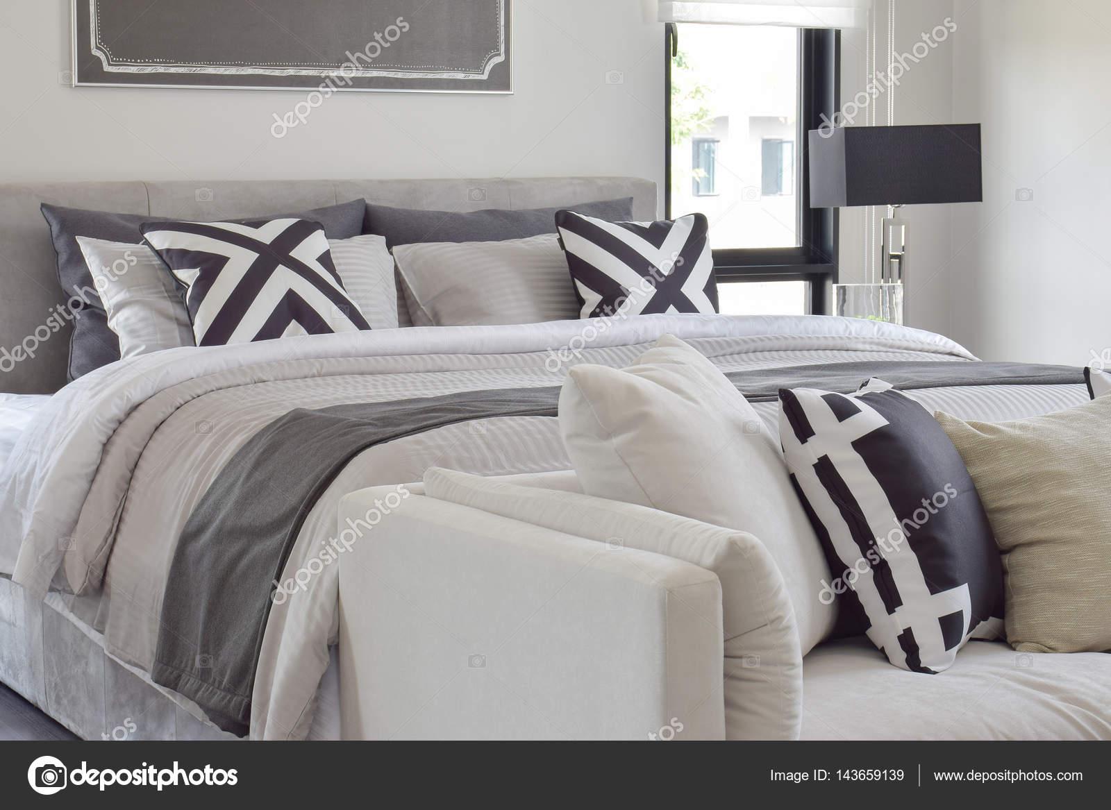 Stile moderno e classico, biancheria da letto con comodo divano in ...