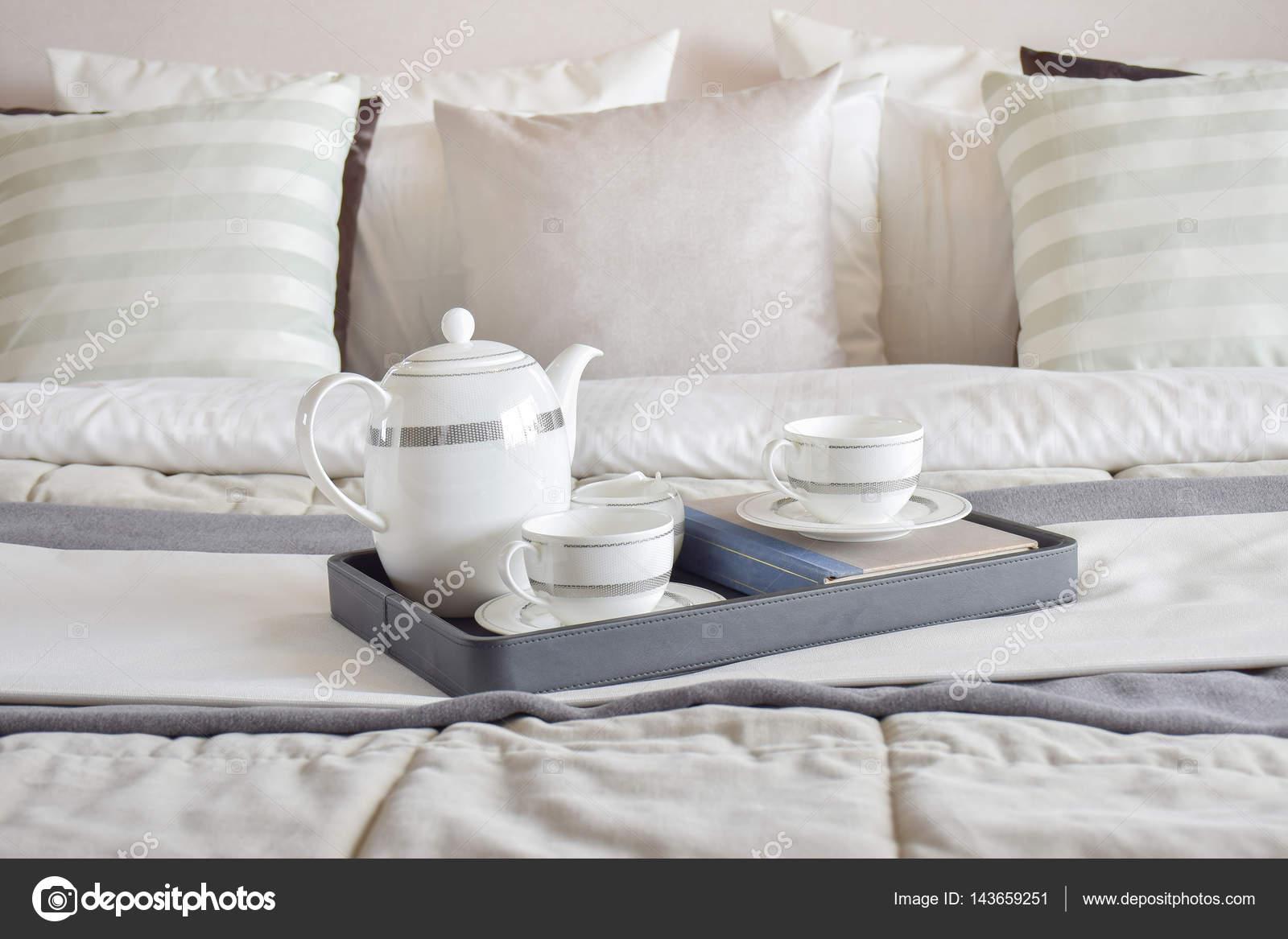 Elegante Teeservice Tasse Schwarzen Tablett Und Bücher Im Modernen  Schlafzimmer Innenraum U2014 Foto Von WorldWide_Stock