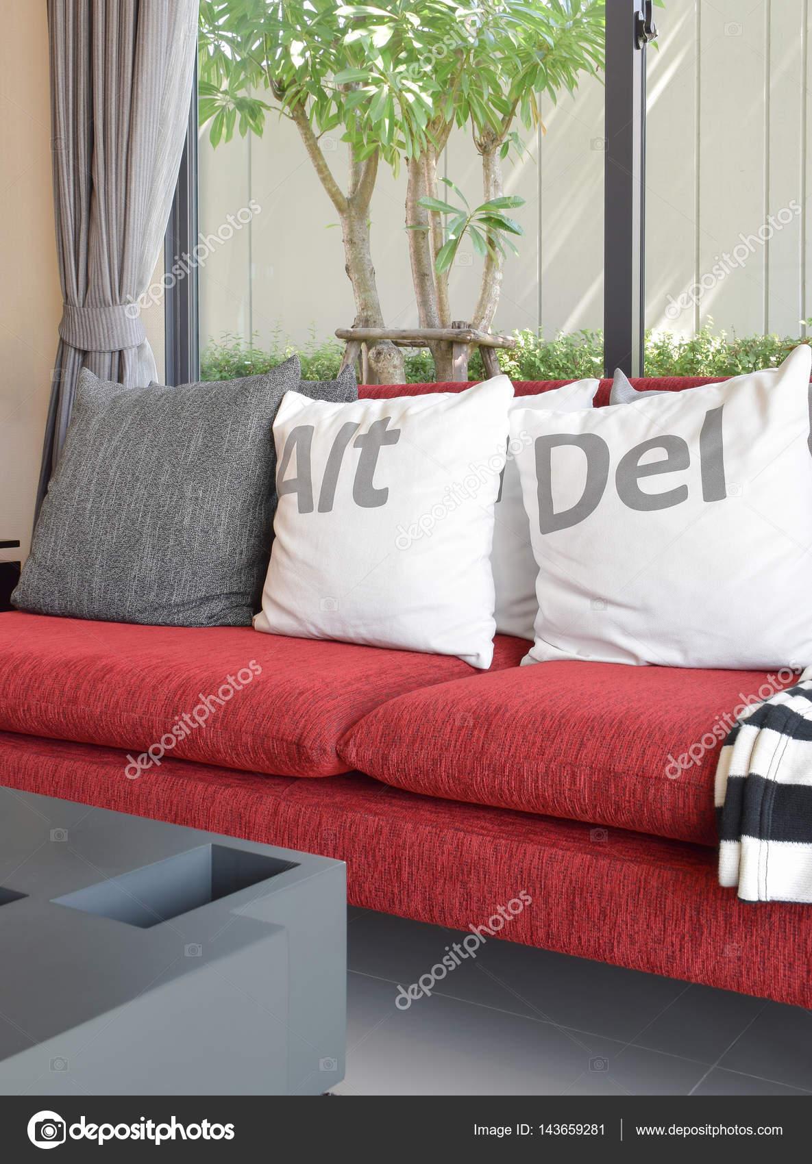 Salon moderne design avec des oreillers blancs sur le canapé ...
