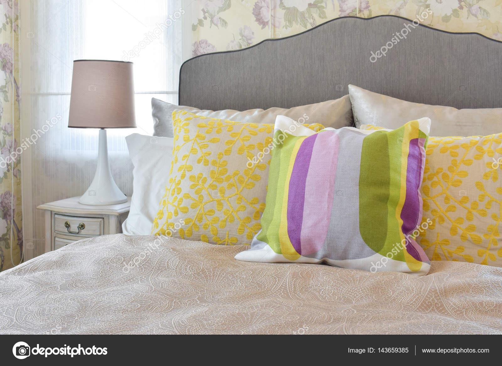 Vrouw slaapkamer met kleurrijke kussens op bed in de slaapkamer