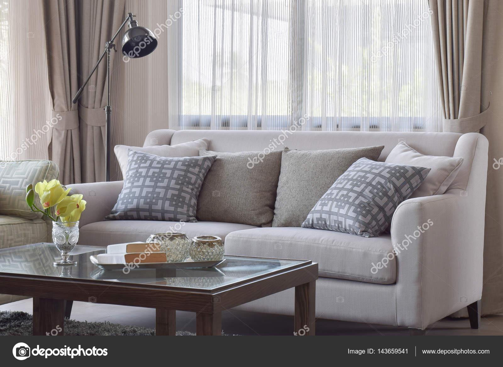 Muster-Kissen in Beige Couch im warmen Wohnzimmer — Stockfoto ...