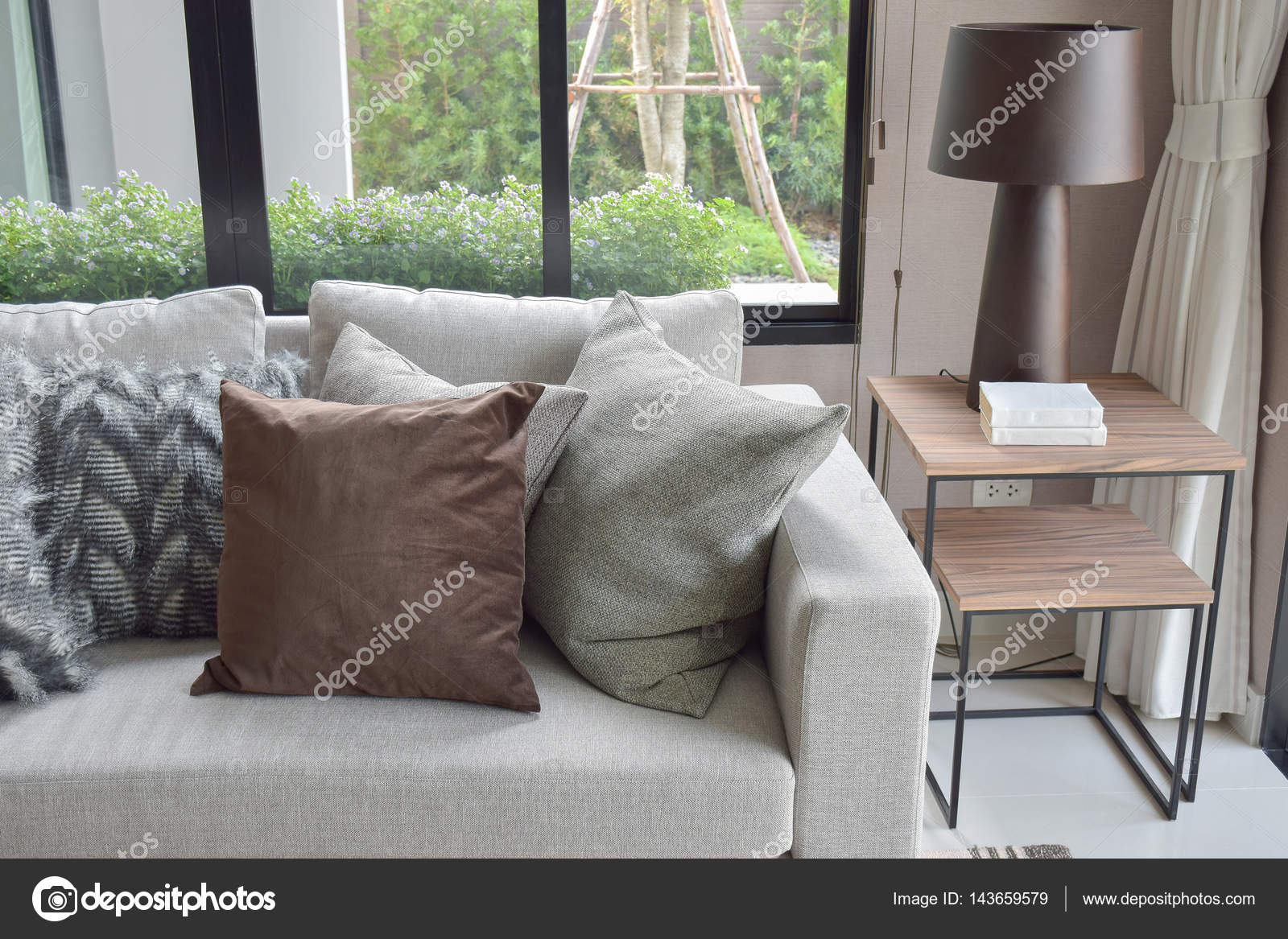 https://st3.depositphotos.com/6200870/14365/i/1600/depositphotos_143659579-stockafbeelding-bruin-en-licht-grijze-kussens.jpg