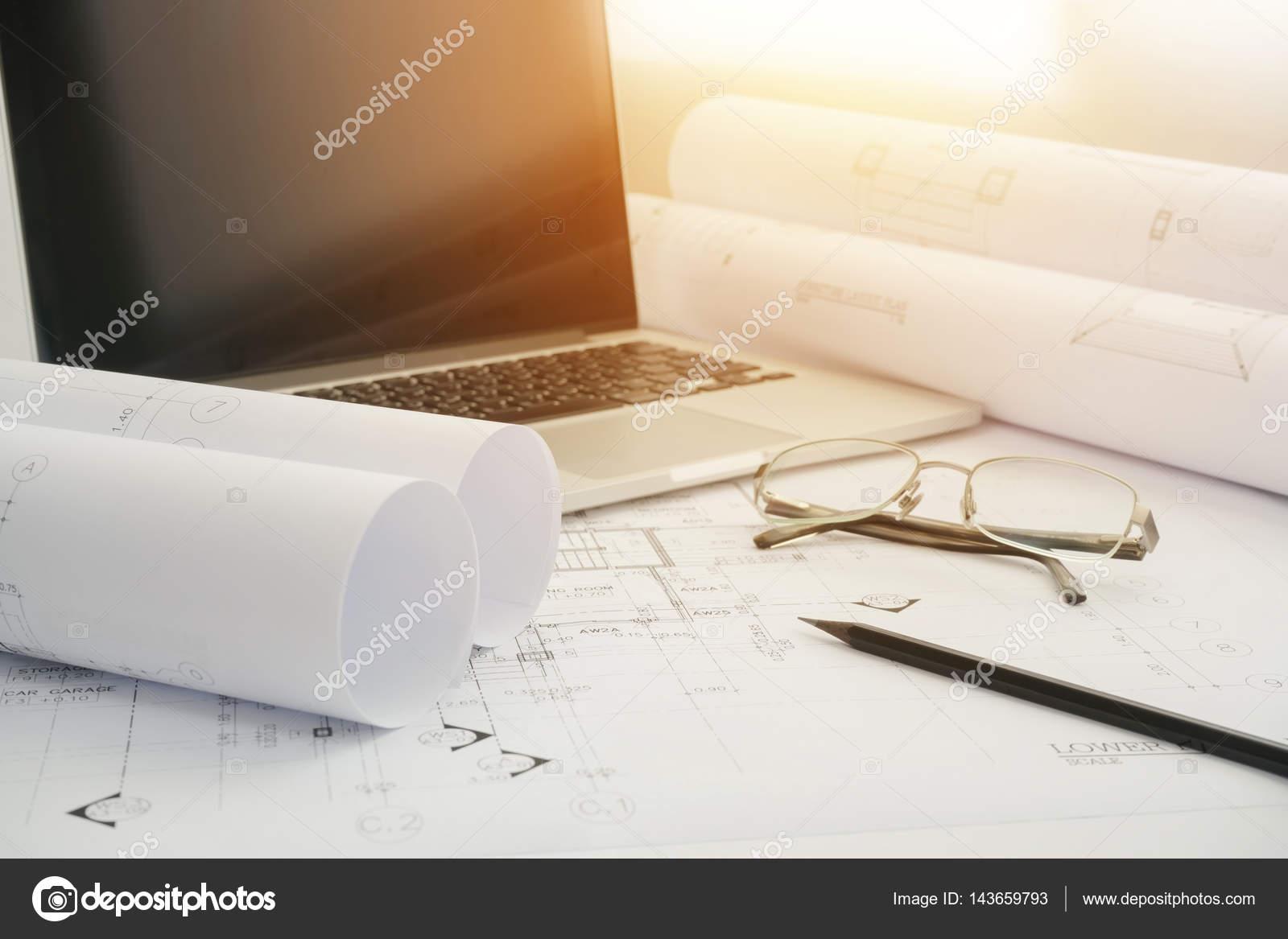 Negro lpiz y computadora porttil de papel de dibujo arquitectnico negro lpiz y computadora porttil de papel de dibujo arquitectnico para la construccin foto de malvernweather Image collections