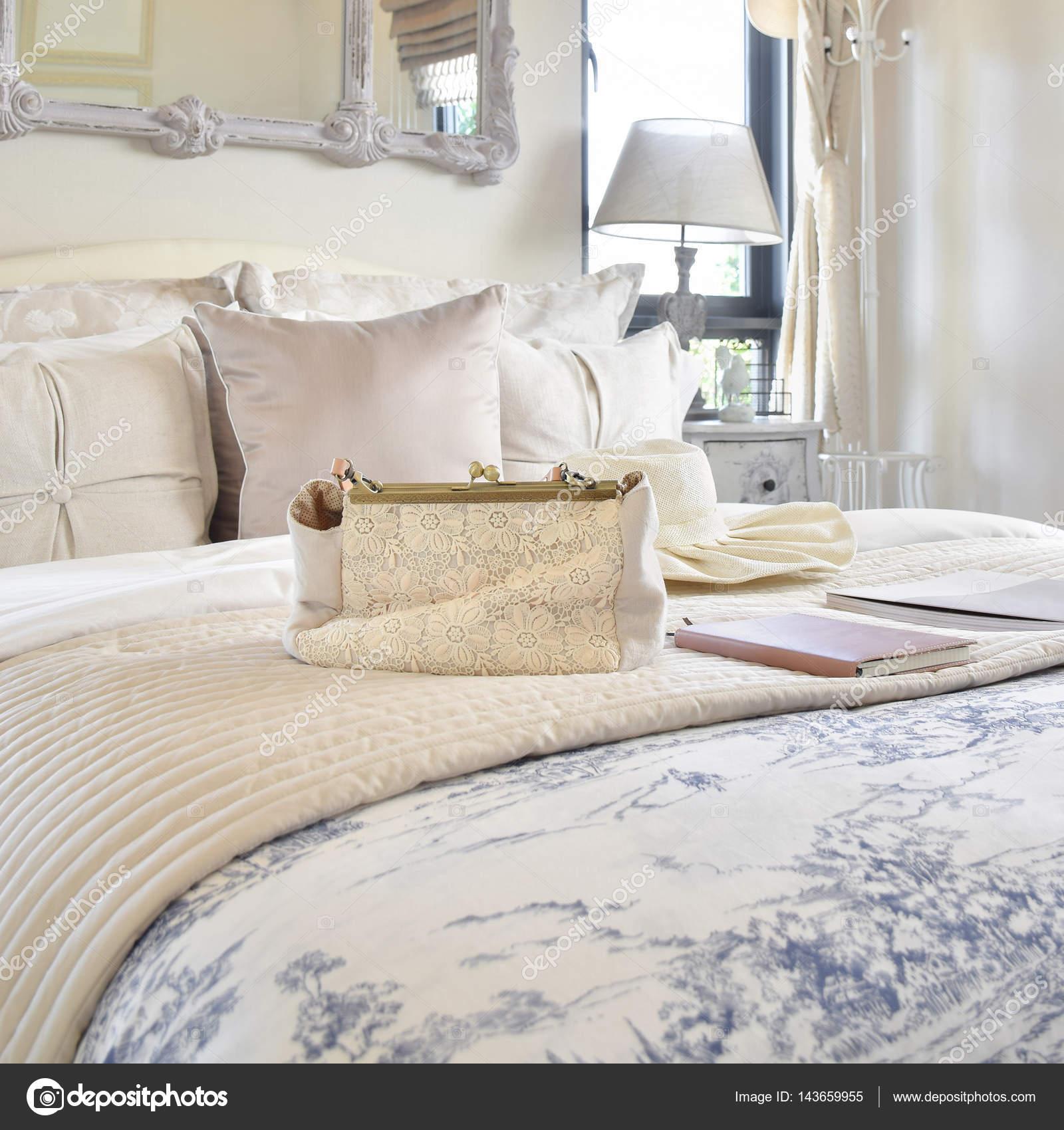 Deko Set Mit Vintage Tasche, Hut, Bücher über Bett Im Klassischen Stil  Schlafzimmer Innenraum U2014 Foto Von WorldWide_Stock