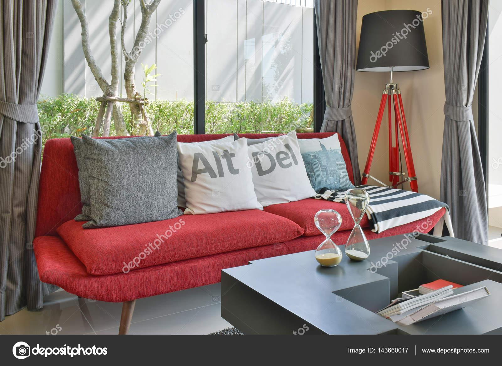 Divano Rosso Cuscini : Salotto moderno design con cuscini sul divano rosso e lampada