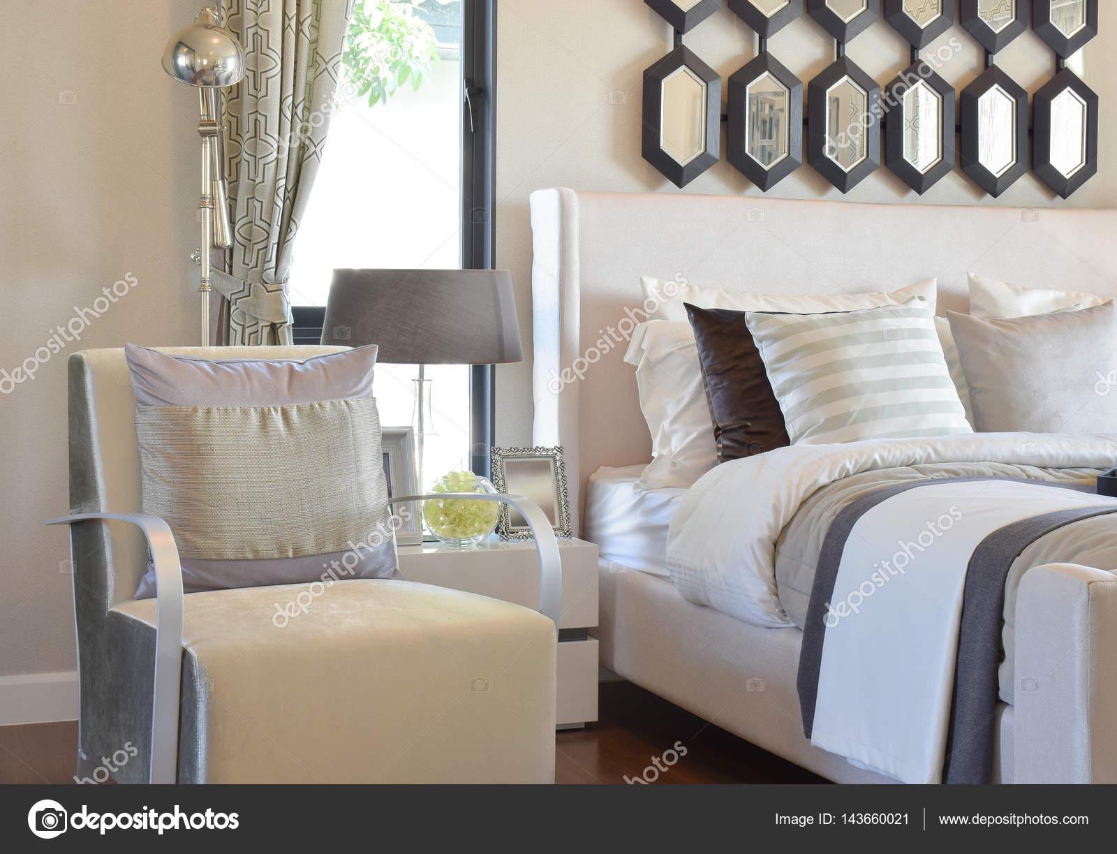 Grijze Slaapkamer Lamp : Moderne slaapkamer interieur met grijze kussen op fauteuil en
