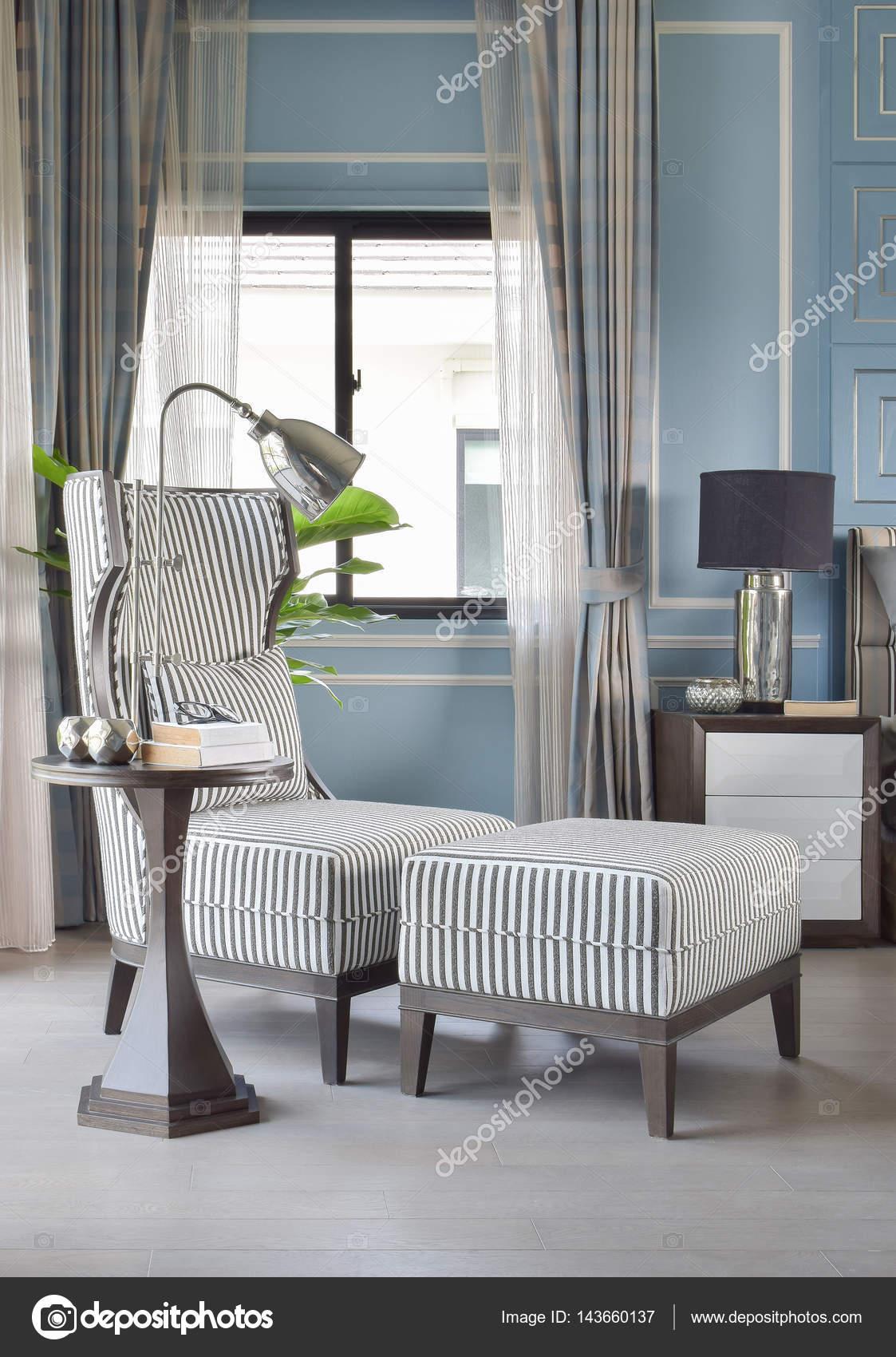 Rayas alta espalda Sillón con otomana en habitación classic azul ...