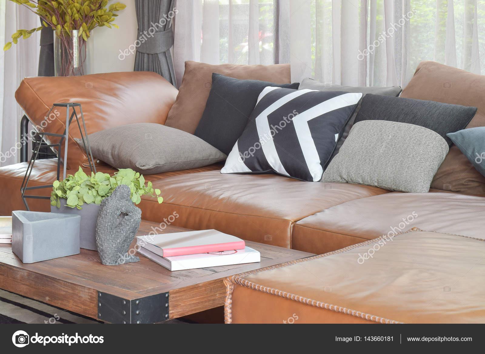 Cuir marron clair L forme canapé et bois table de salon moderne ...