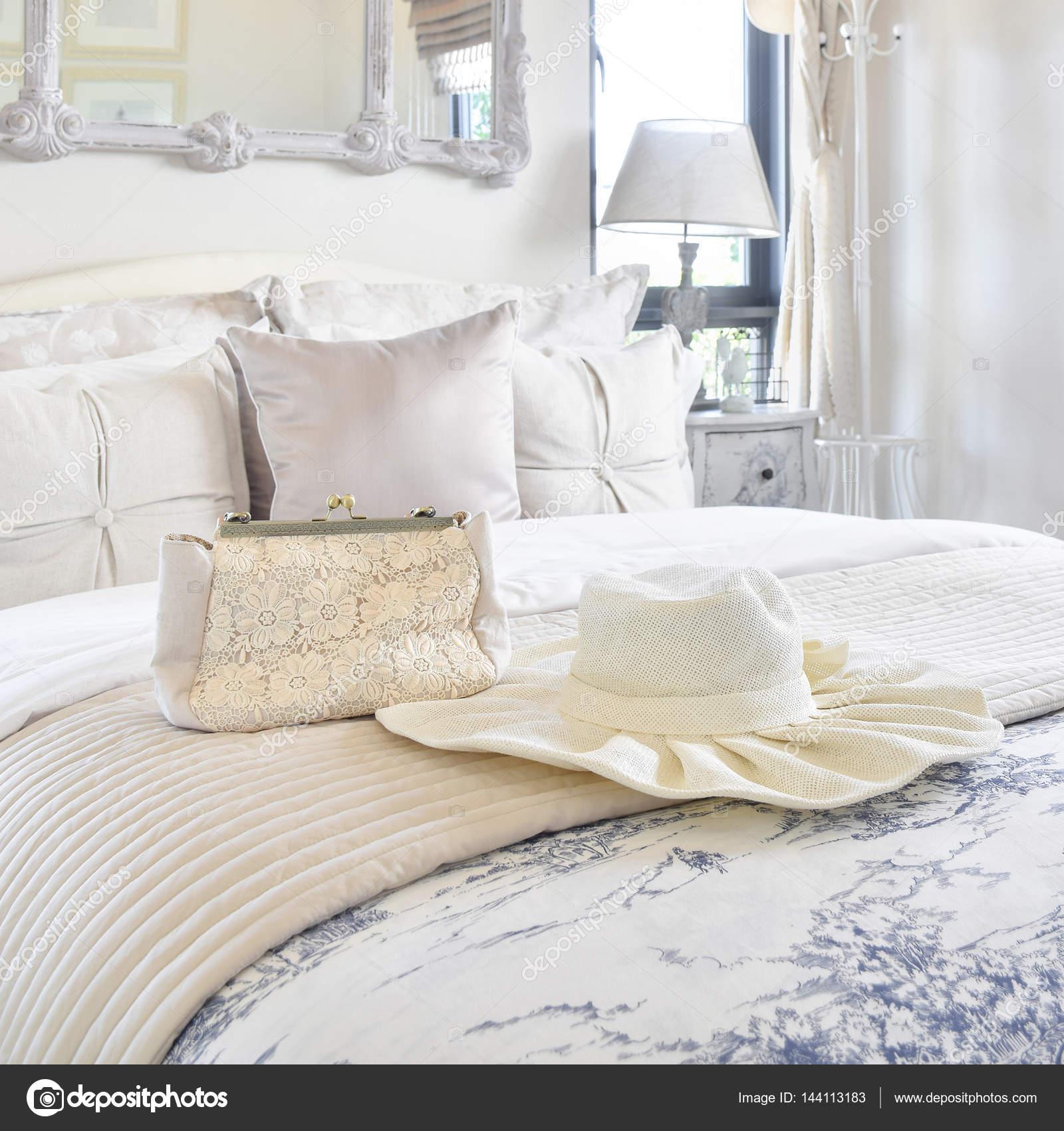 Dekoratives Set Mit Vintage Tasche, Hut, Bücher über Bett Im Luxus  Schlafzimmer Innenraum U2014 Foto Von WorldWide_Stock