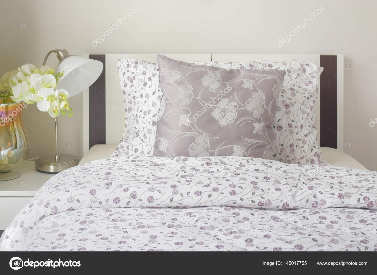 Lenzuola in stile modello lavanda piccoli in camera da letto con l ...