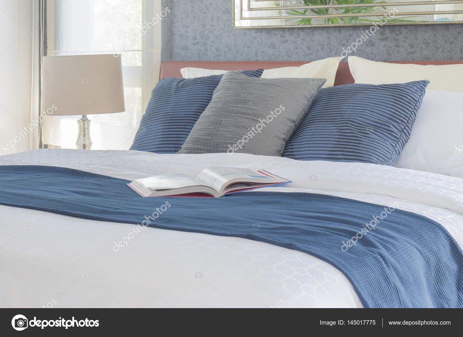 Boka på sängen med blå färg systemet sängkläder sovrum inredning ...
