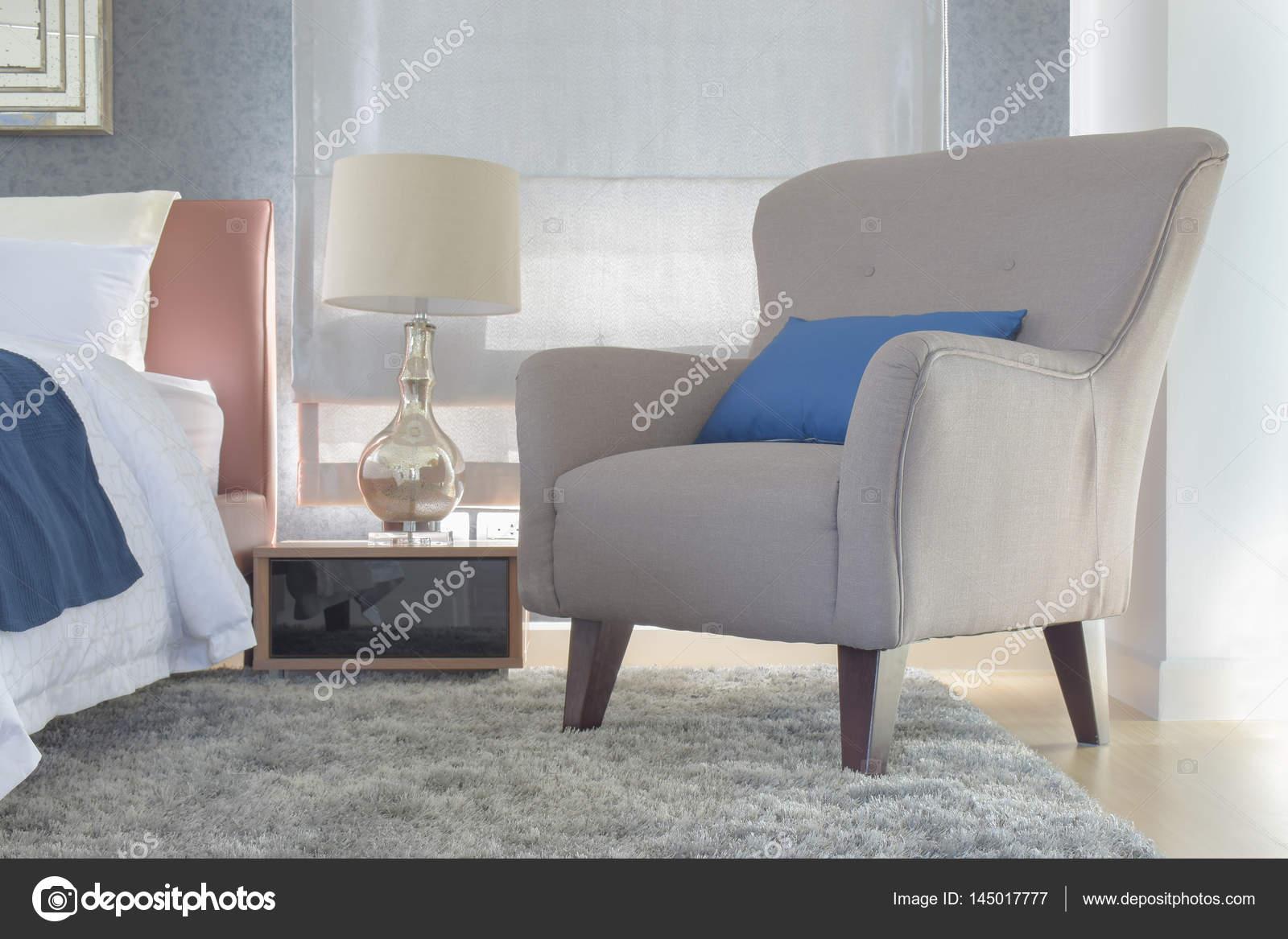 Retro-Stil Sessel mit Kissen neben Bett im modernen Innenausbau ...