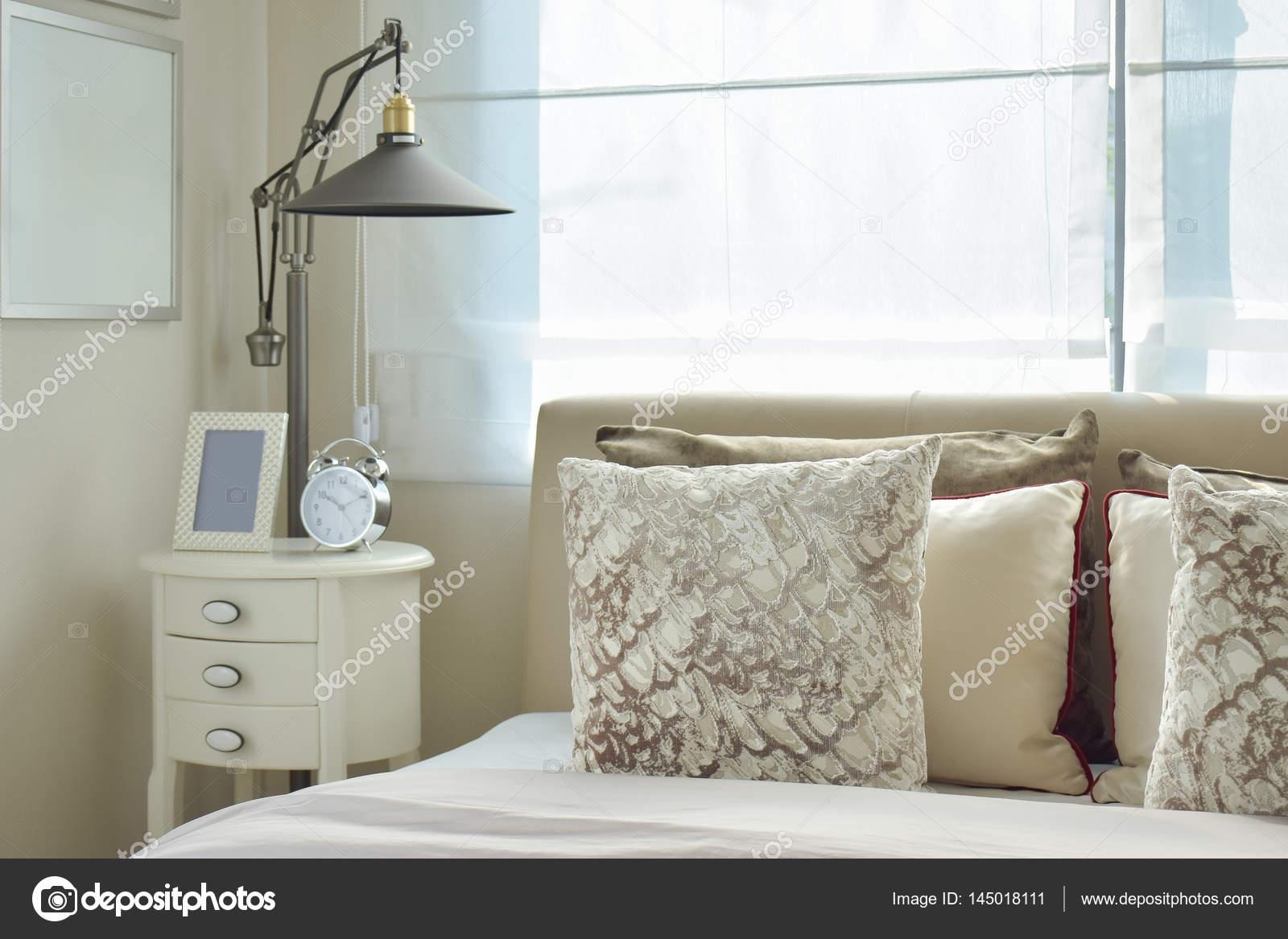 https://st3.depositphotos.com/6200870/14501/i/1600/depositphotos_145018111-stockafbeelding-luxe-slaapkamer-met-lamp-en.jpg