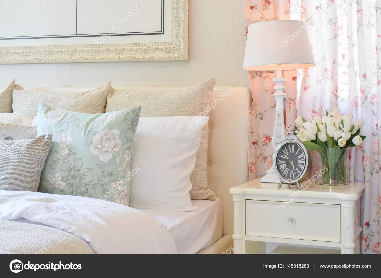 Interno di camera da letto dell annata con lampada da tavolo