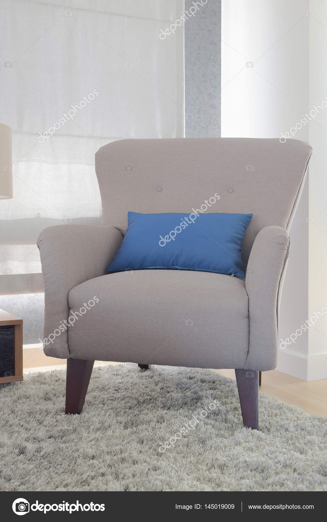 Graue Farbe Retro-Stil Sessel mit blauen Kissen im Wohnzimmer ...
