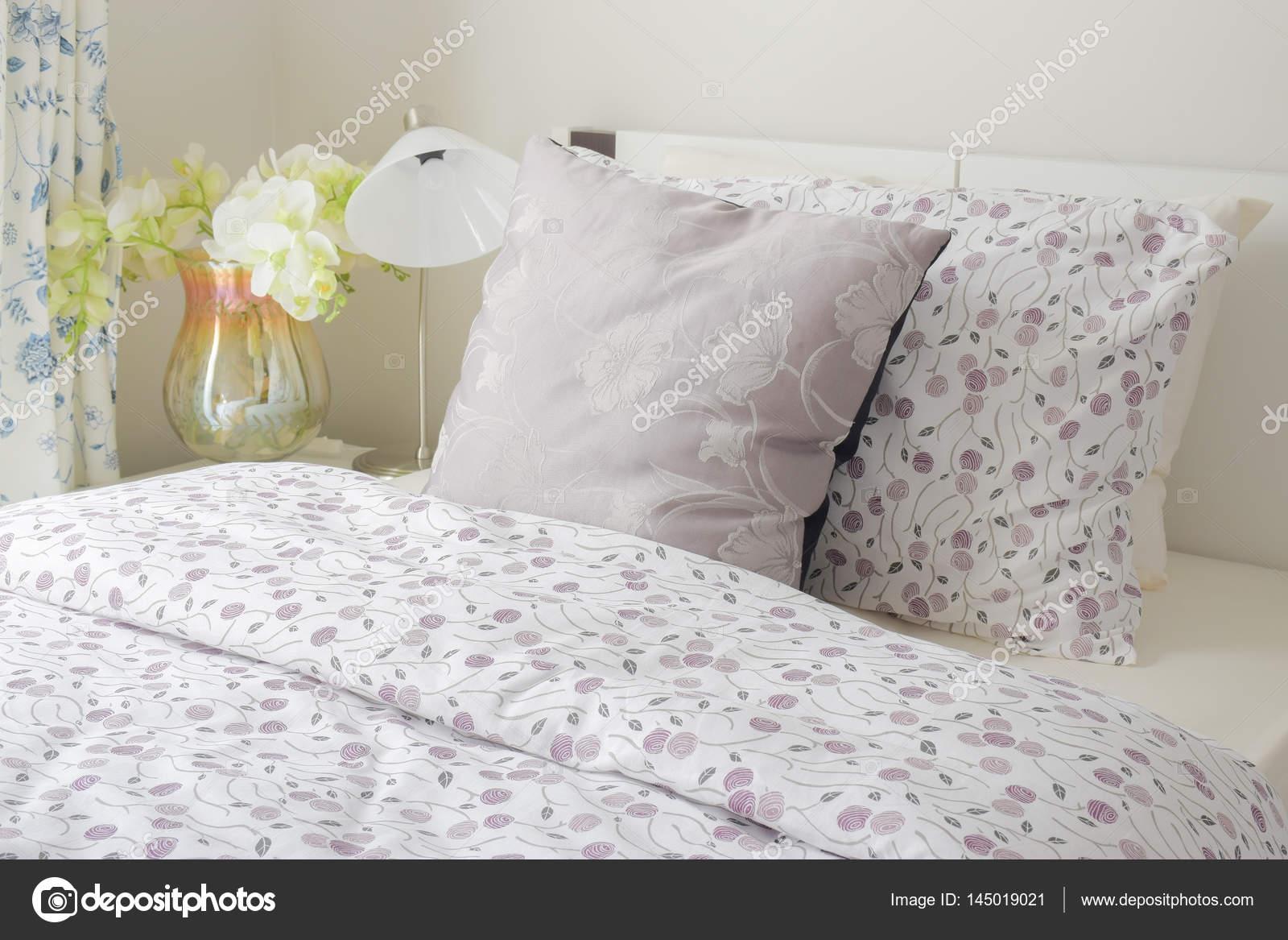 Winzige Lavendel Muster Stil Betten im Schlafzimmer mit weiße ...