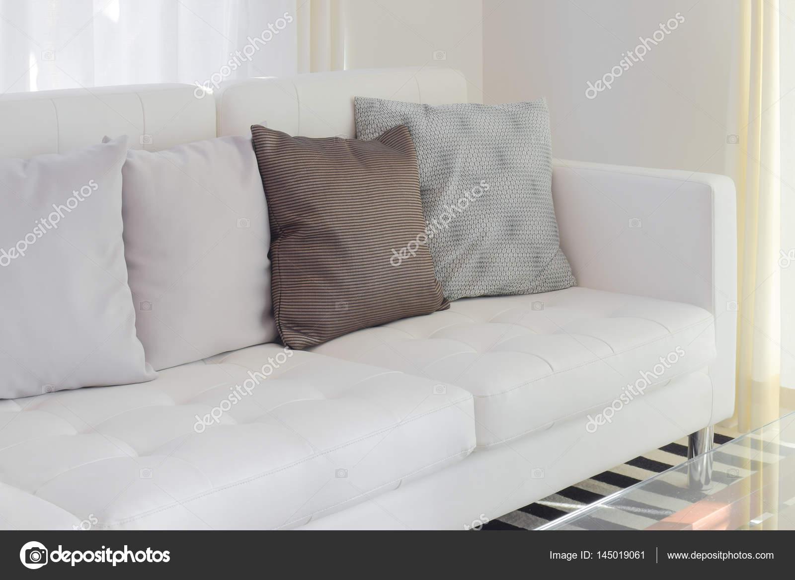 Kussens op witte sofa in de woonkamer — Stockfoto © WorldWide_Stock ...