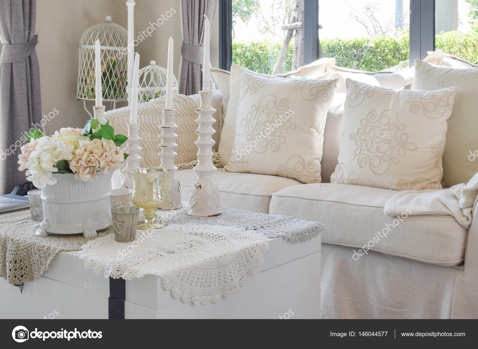 Luxe woonkamer met klassieke bank en decoratieve instellen op tabel