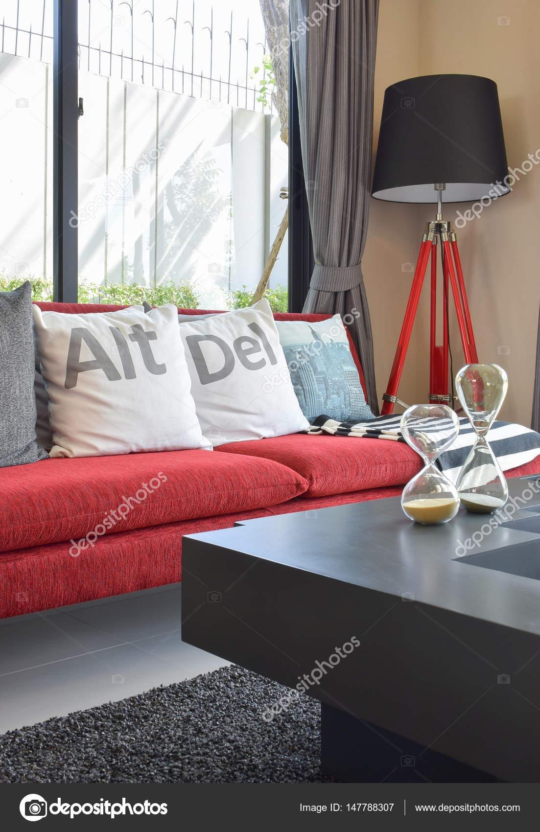 Moderno Sof Vermelho Com Almofadas E Abajur Na Sala De Estar Em  -> Abajur Pra Sala De Estar
