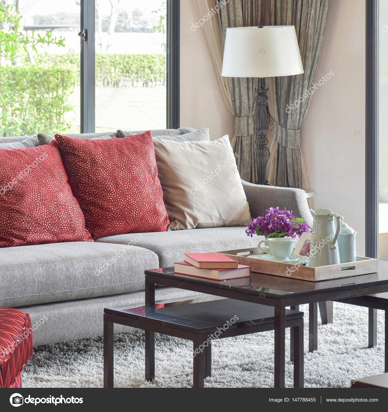 diseo moderno saln con cojines rojos en el sof y juego de t decorativo en la