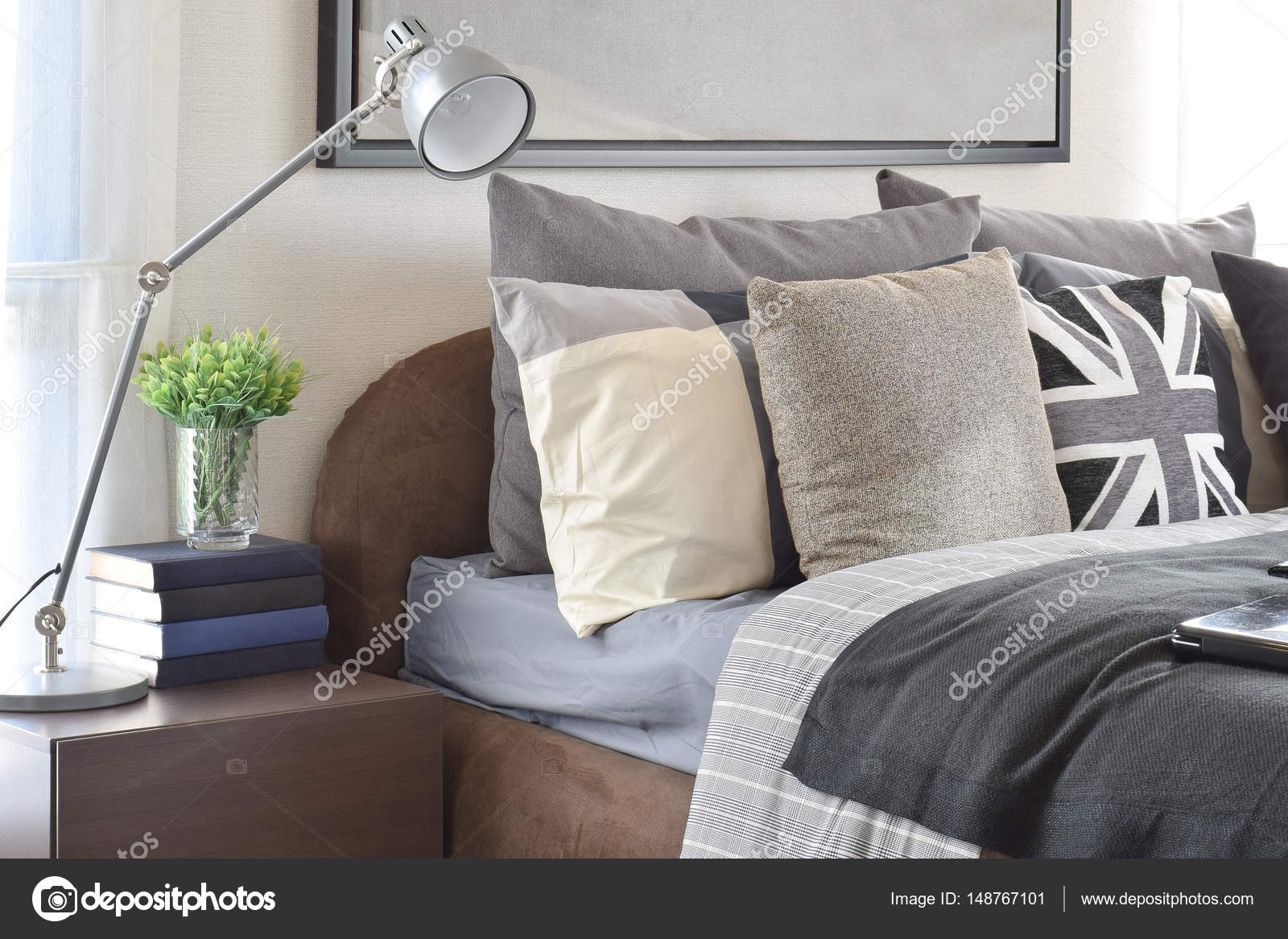 Grijze Slaapkamer Lamp : Moderne slaapkamer met grijze kussen en lamp op houten
