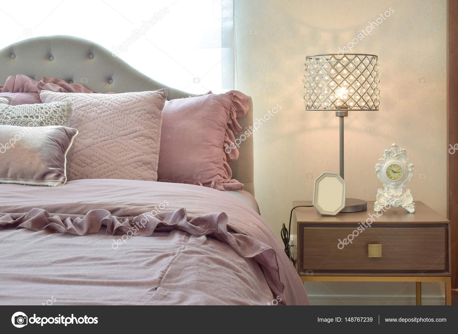 Interno classico e accogliente camera da letto con cuscini e lampada ...