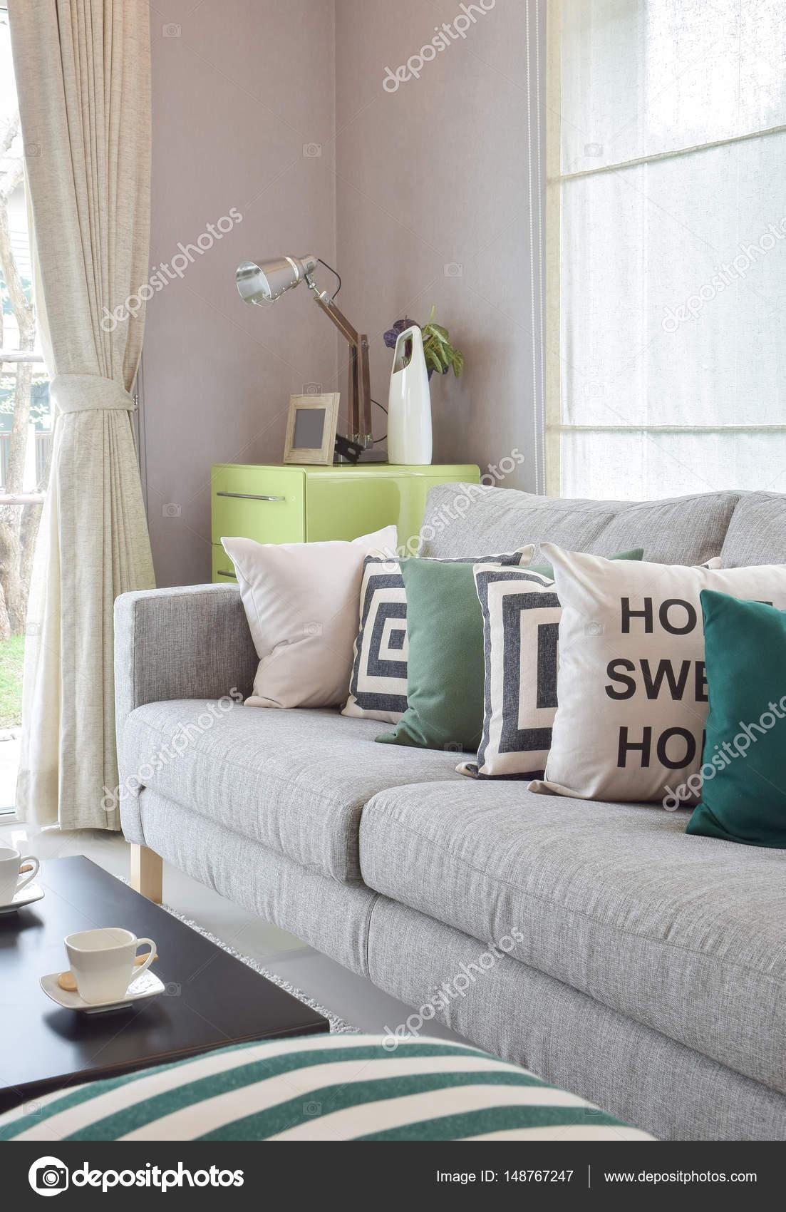 Gemütlichen grauen Sofa mit Geometrie Muster Kissen in ...