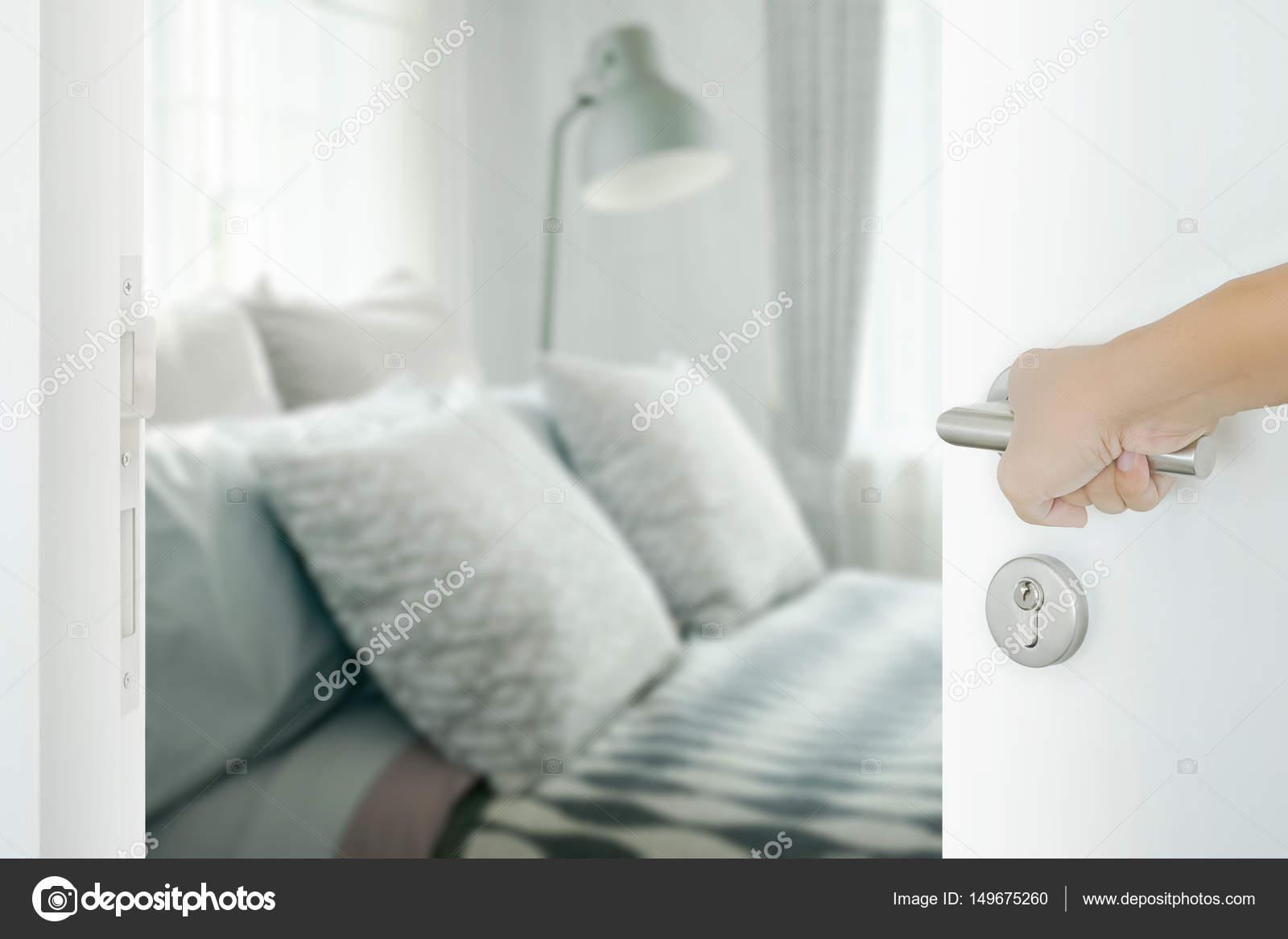 Schlafzimmer Tur Offnen #18: Hand Des Mannes Weiße Tür Zum Stilvollen Schlafzimmer Innenraum öffnen U2014  Foto Von WorldWide_Stock