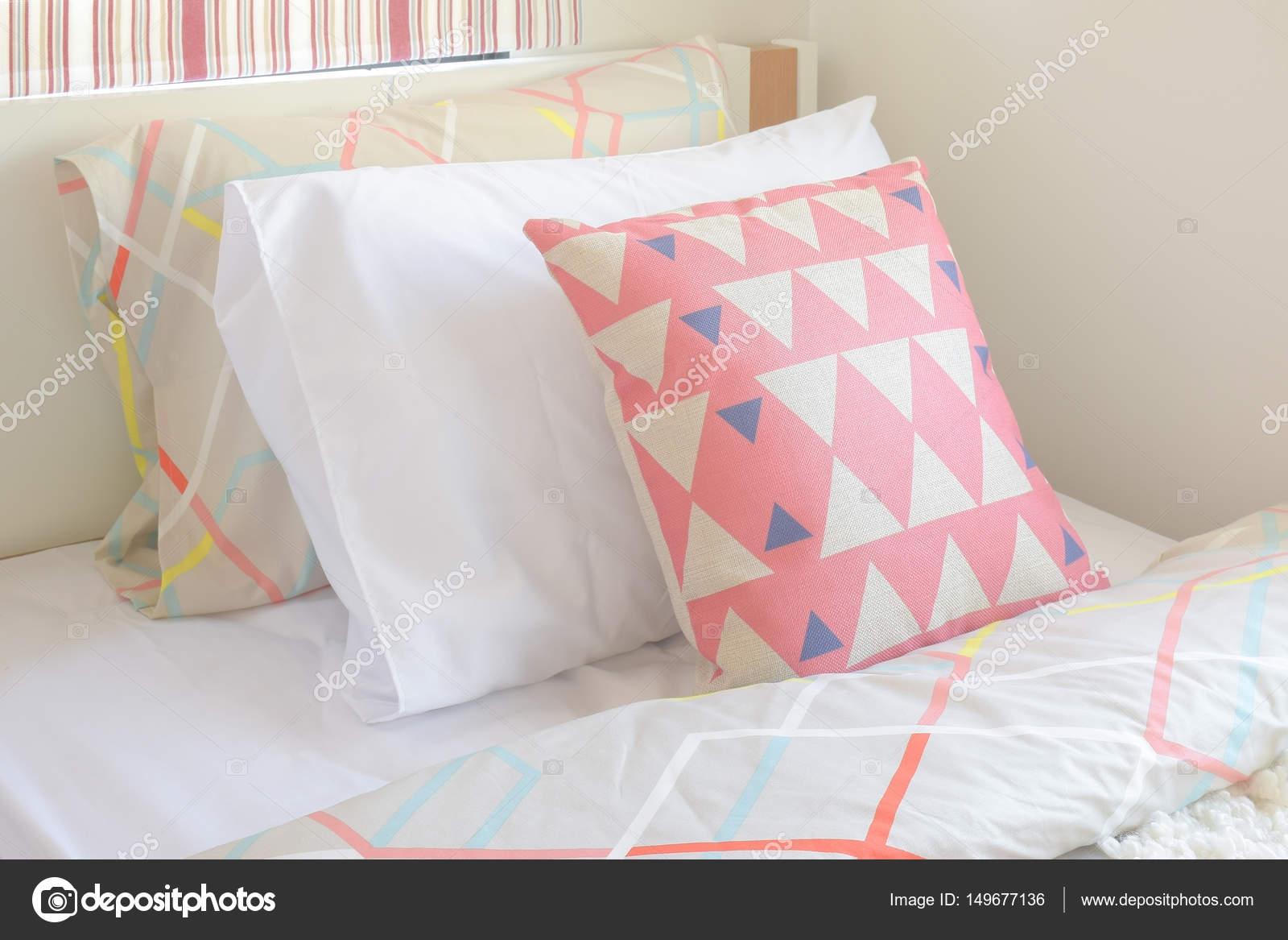 Roze grafisch patroon kussen instelling op bed met meisje stijl