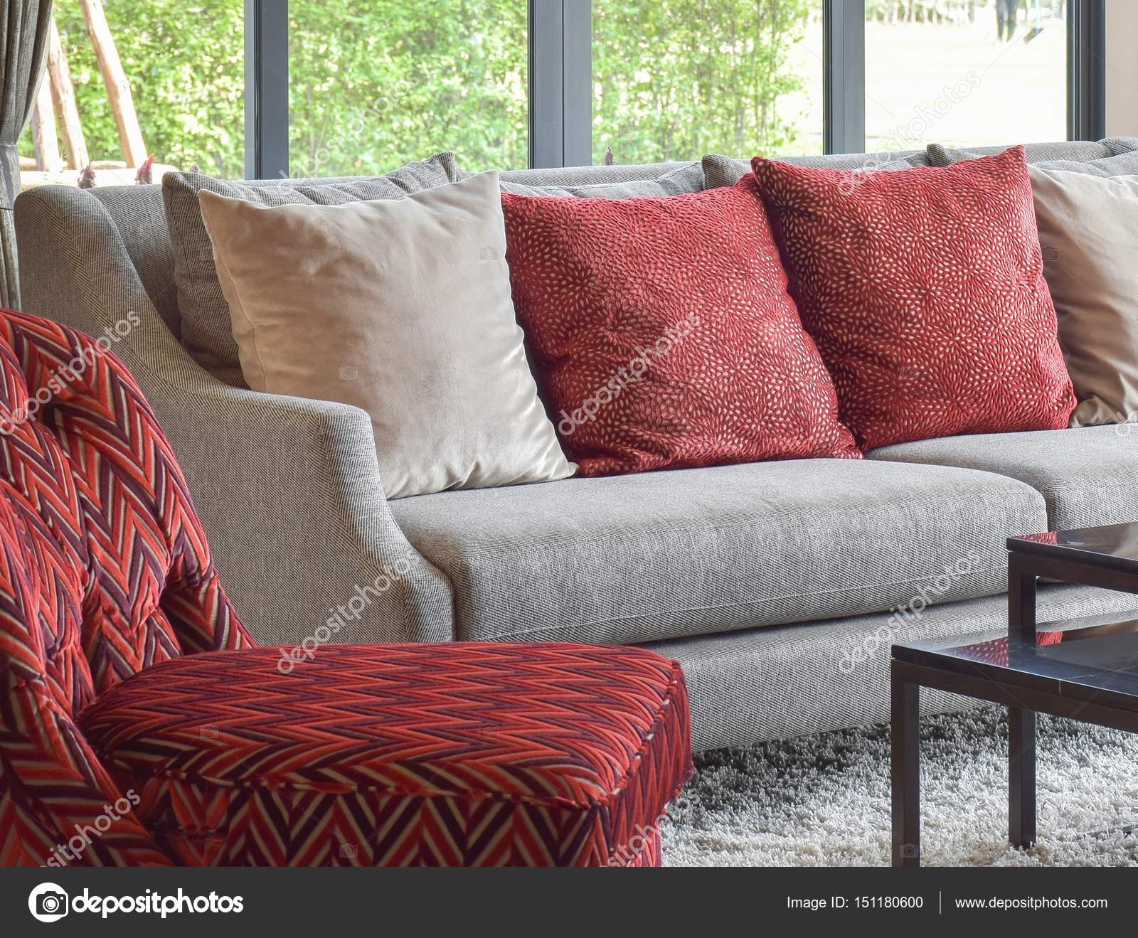 moderne Wohnzimmer Design mit roten Kissen auf sofa — Stockfoto ...