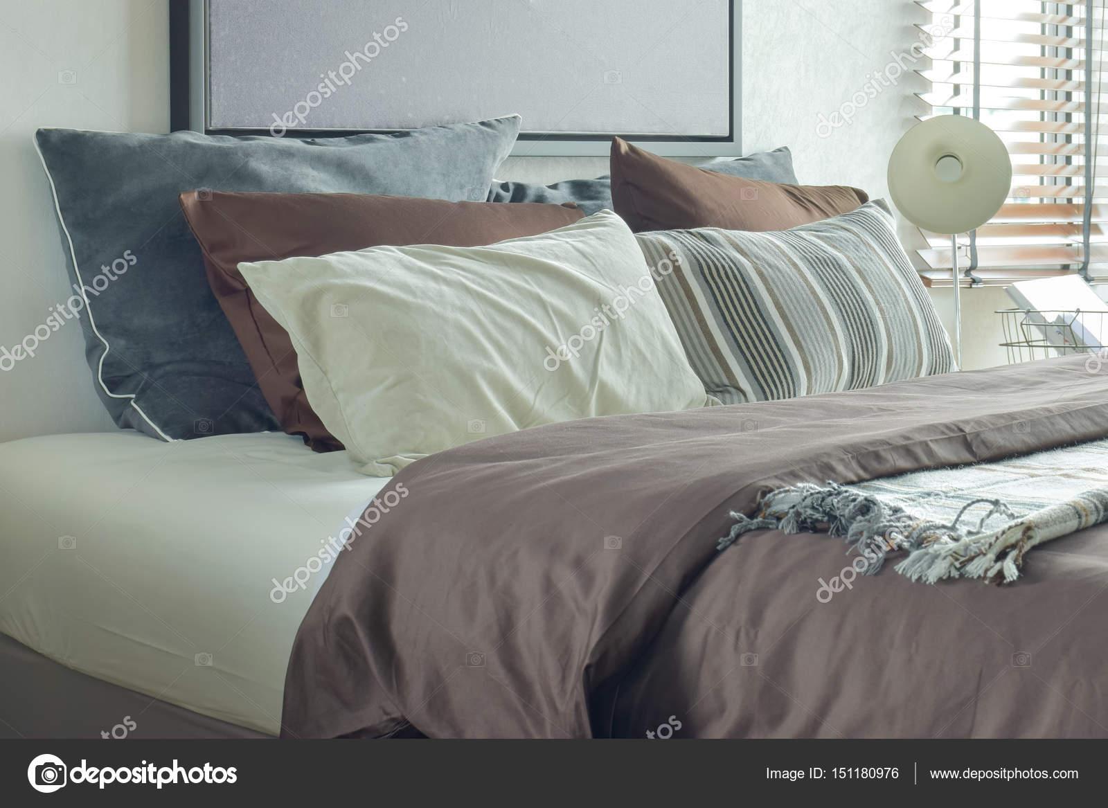 moderne klassieke stijl diep bruin grijs en wit beddengoed en lezen van de lamp in de slaapkamer foto van worldwide_stock